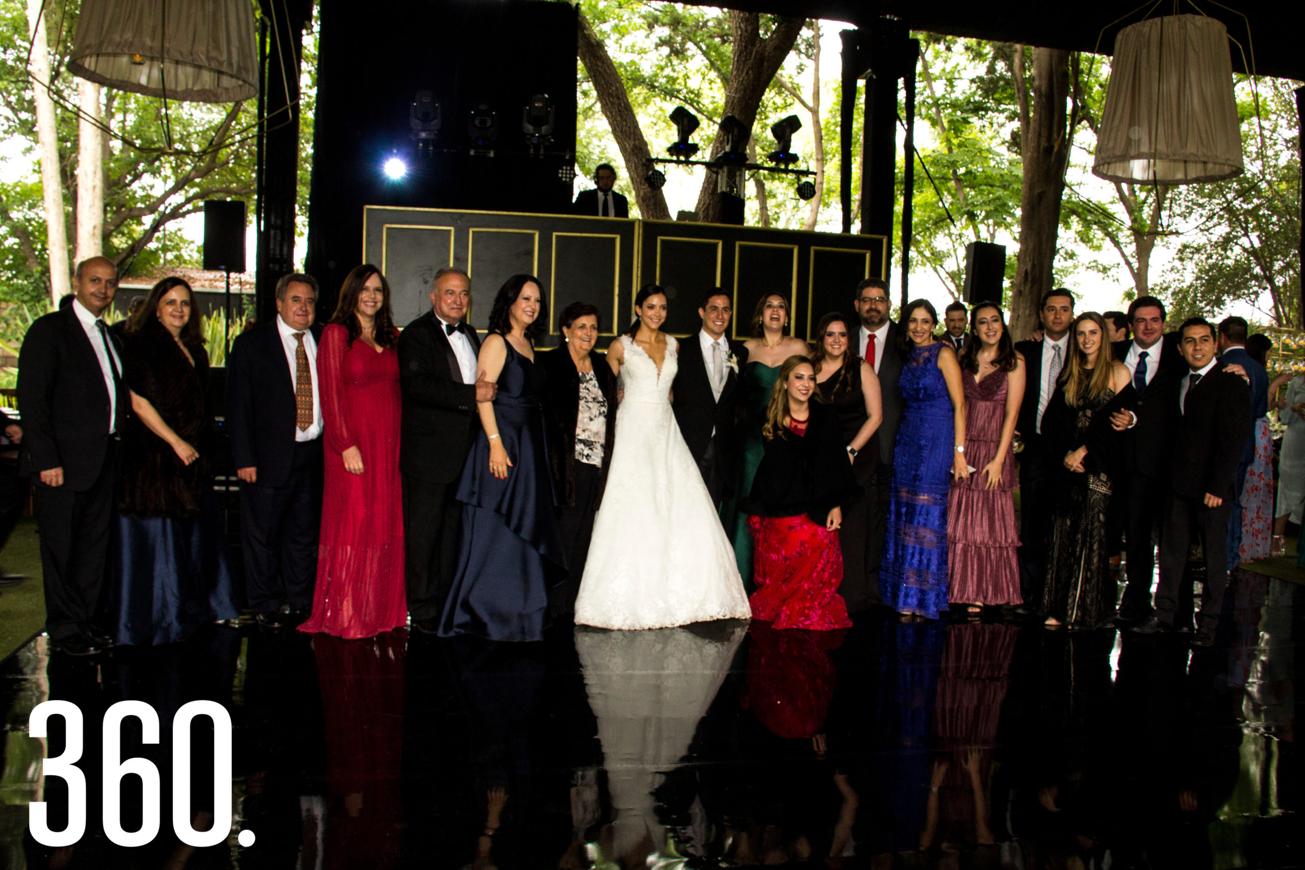 Los integrantes de la familia Flores acompañaron al nuevo matrimonio Díaz Torres.