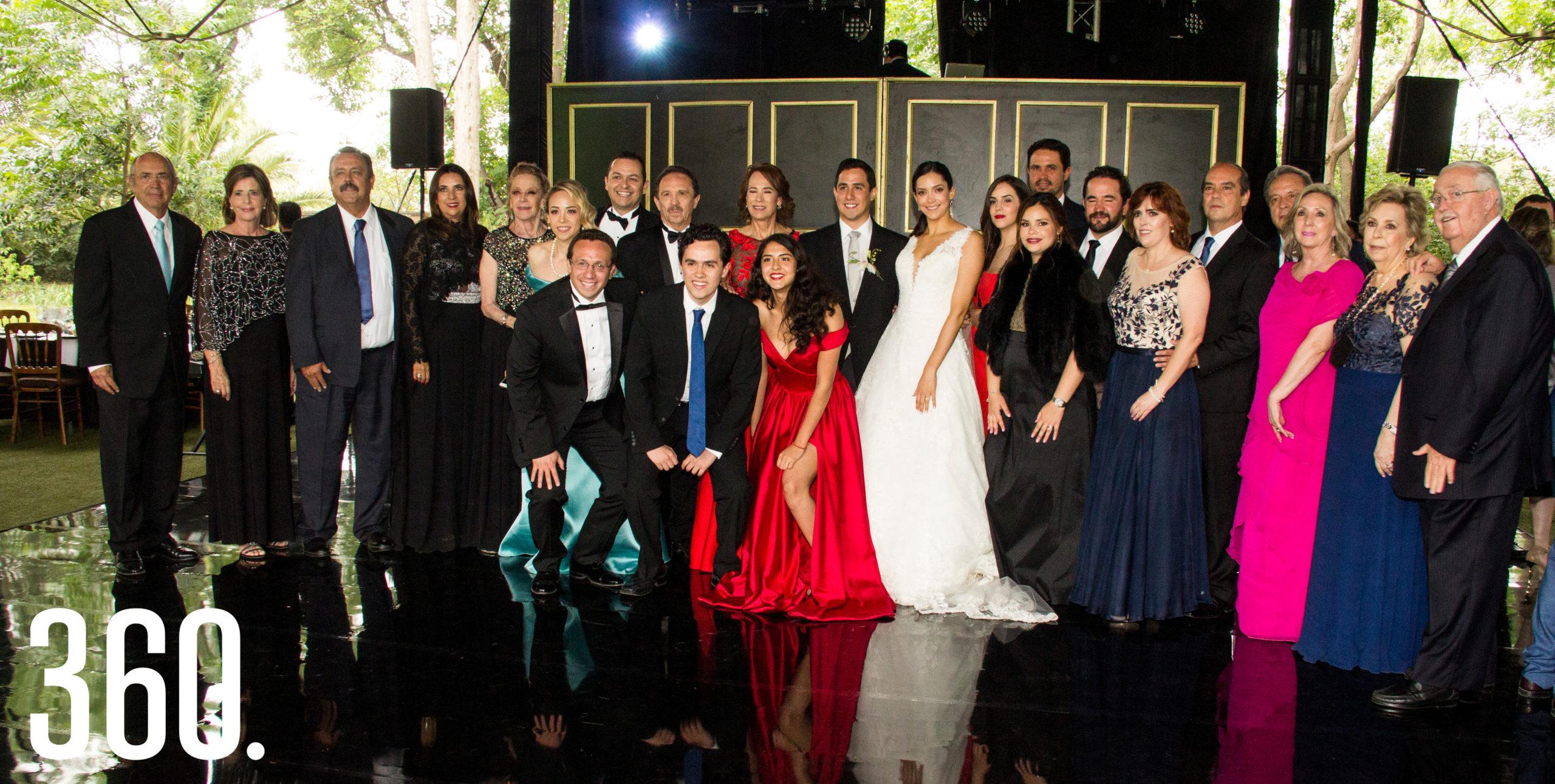 Los novios acompañados por los integrantes de las familias Díaz y Martínez.
