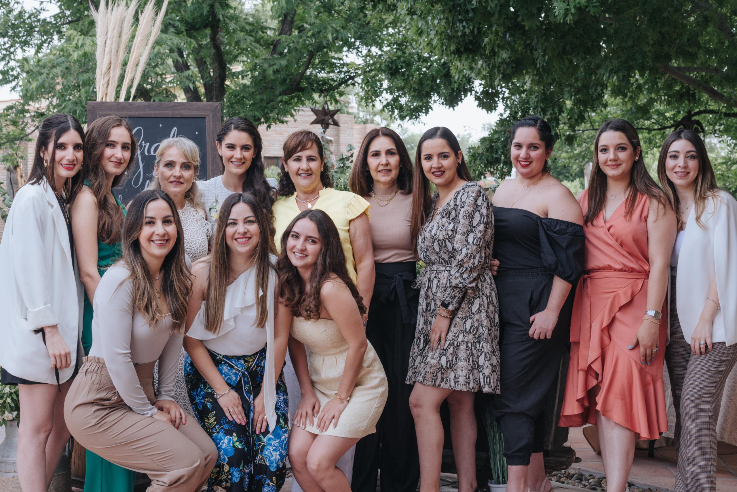 Roci y Ana Laura Dávila, Ana Laura Treviño, la festejada, Maru Dávila, Lizi Pérez, Ana Sofía, Lucero, Daniela, Maru, Maricarmen y Andrea Dávila.