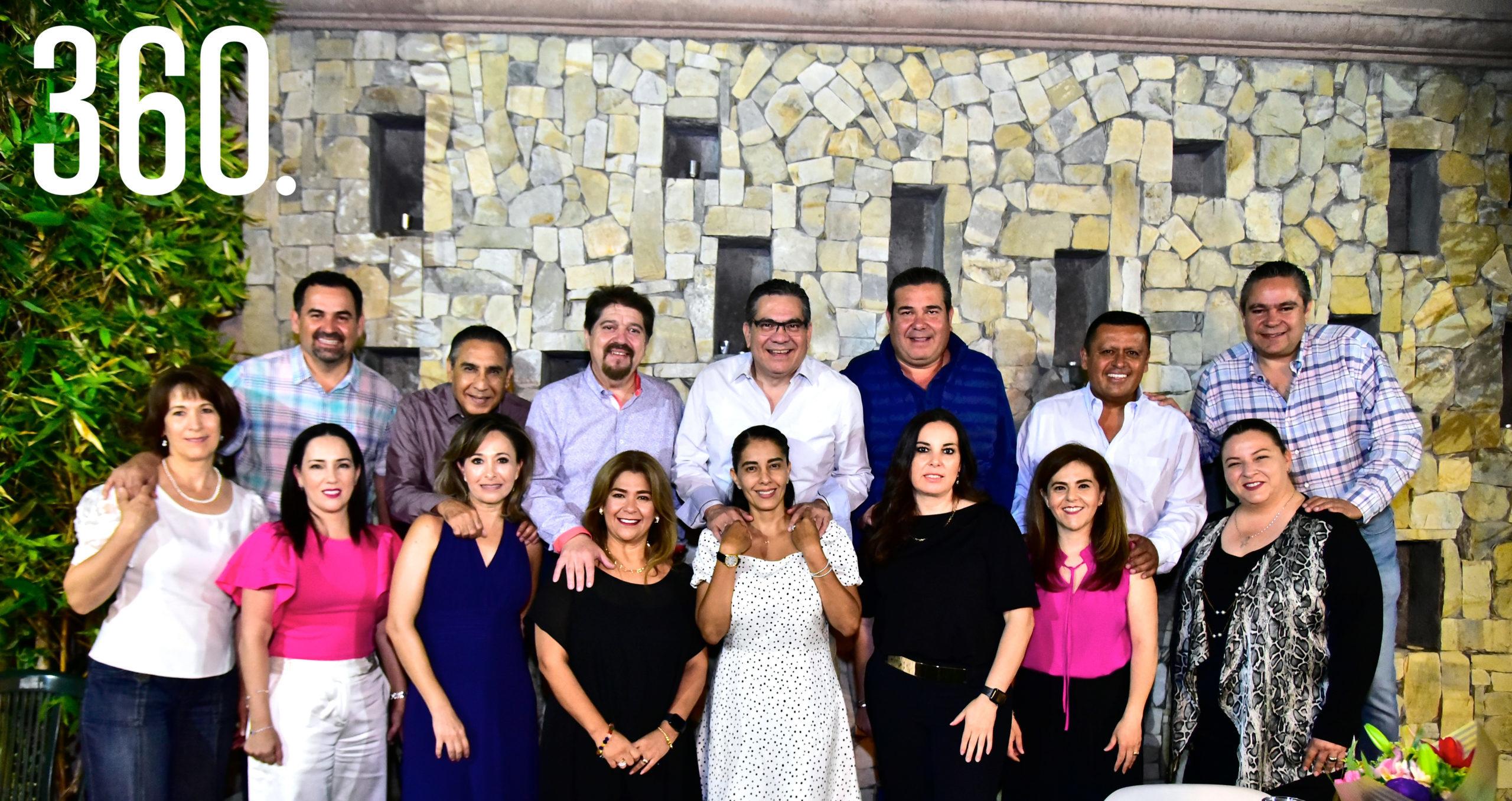 Los felices novios, Erika Cadeñanes y Arnulfo Favila, acompañados por sus amigos.