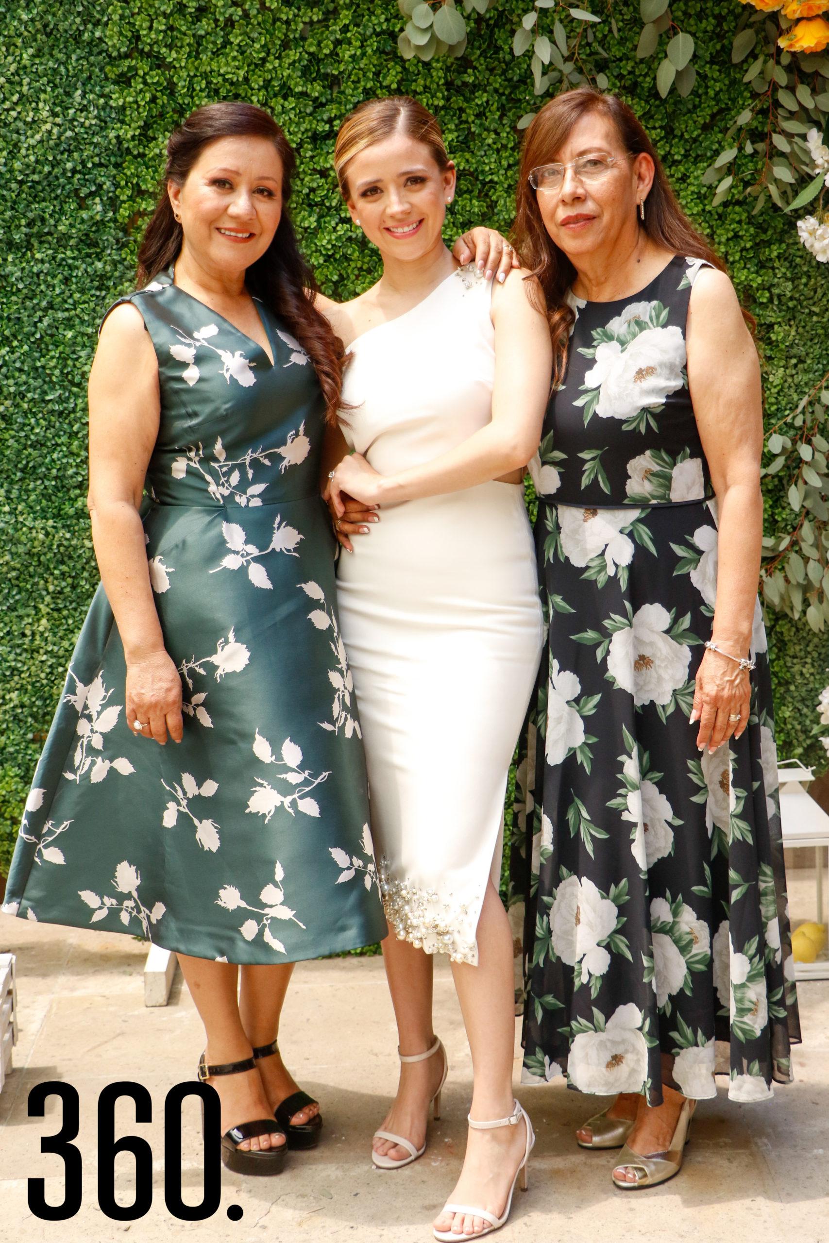 Michelle con su madre y suegra, María de la Luz Muñoz y Magdalena Gómez
