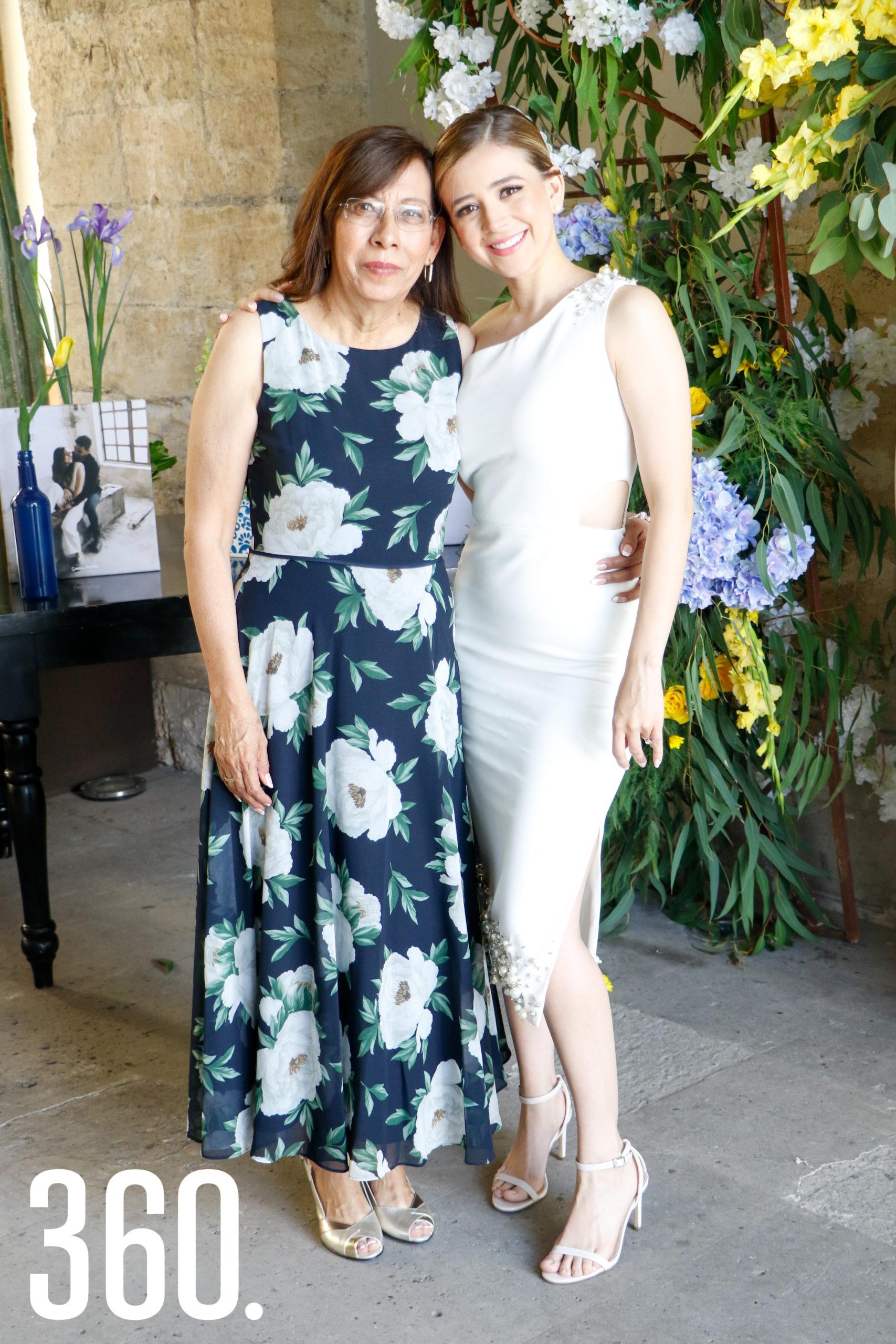 Michelle con su suegra, Magdalena Gómez.