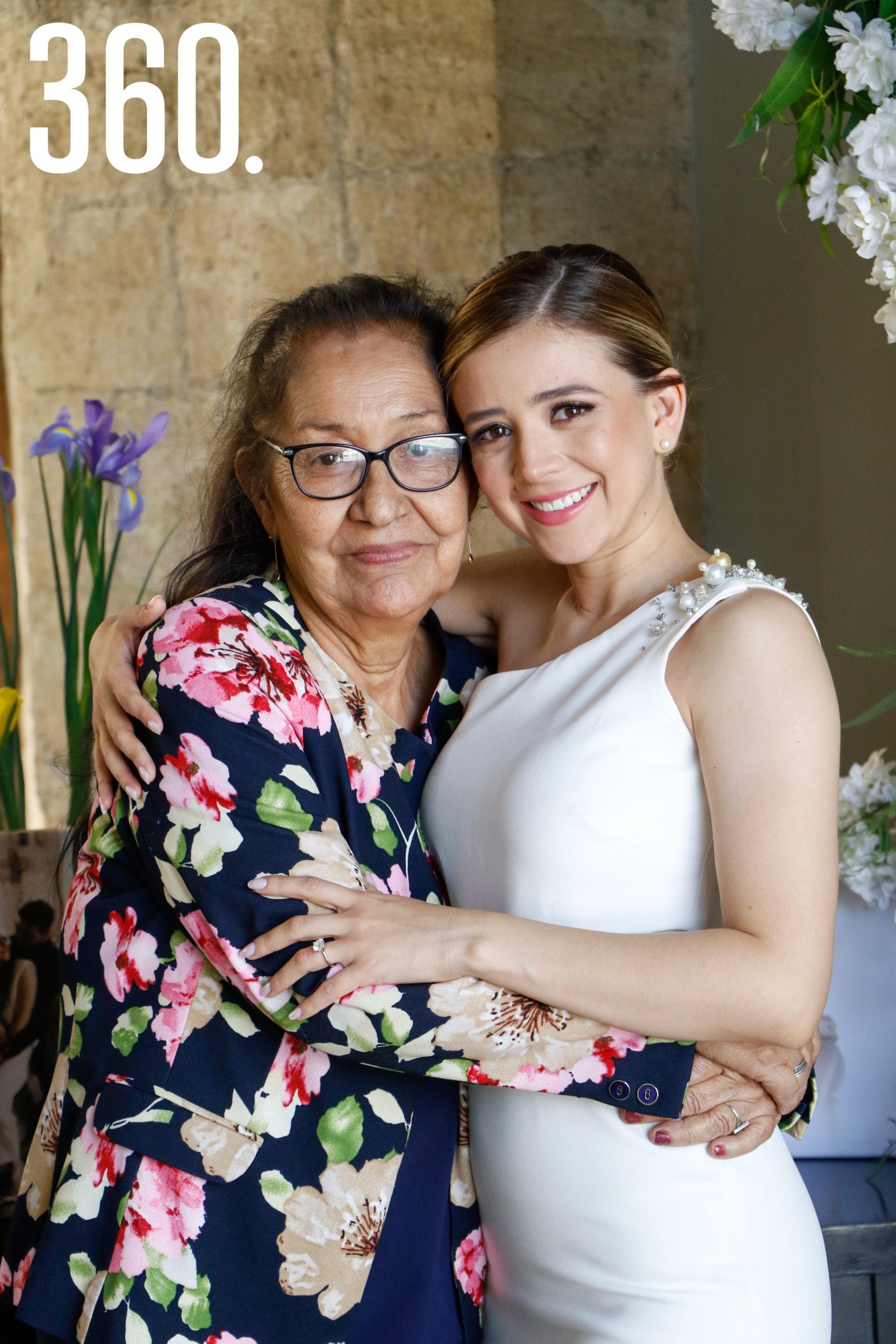 Michelle con su abuela, Lourdes Barrón.