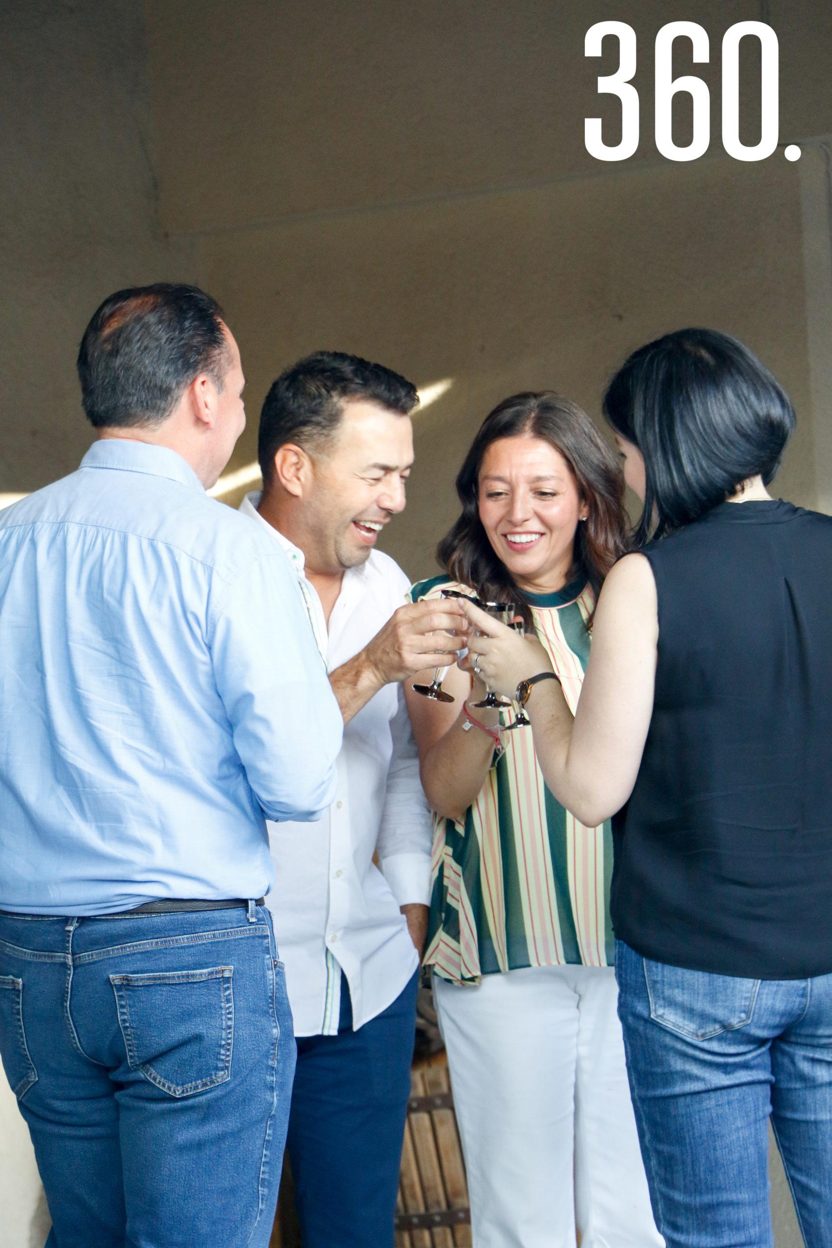 El festejado y su esposa Magda disfrutaron del evento junto a sus amigos más cercanos.