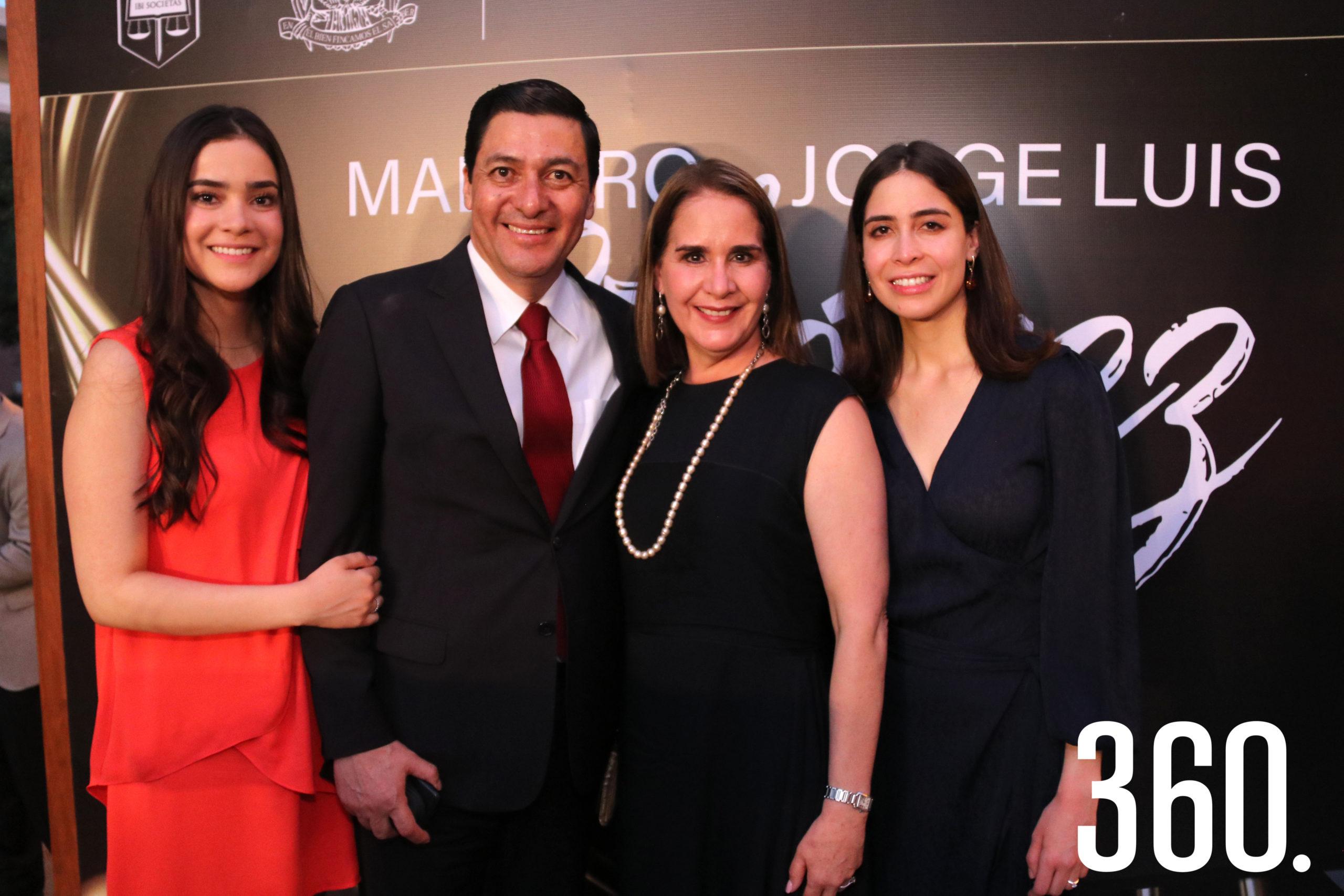Acompañaron a Jorge Luis Chávez Martínez su esposa, Alma Leticia Gómez, y sus hijas Sofía Alejandra y Ana Leticia Chávez Gómez.