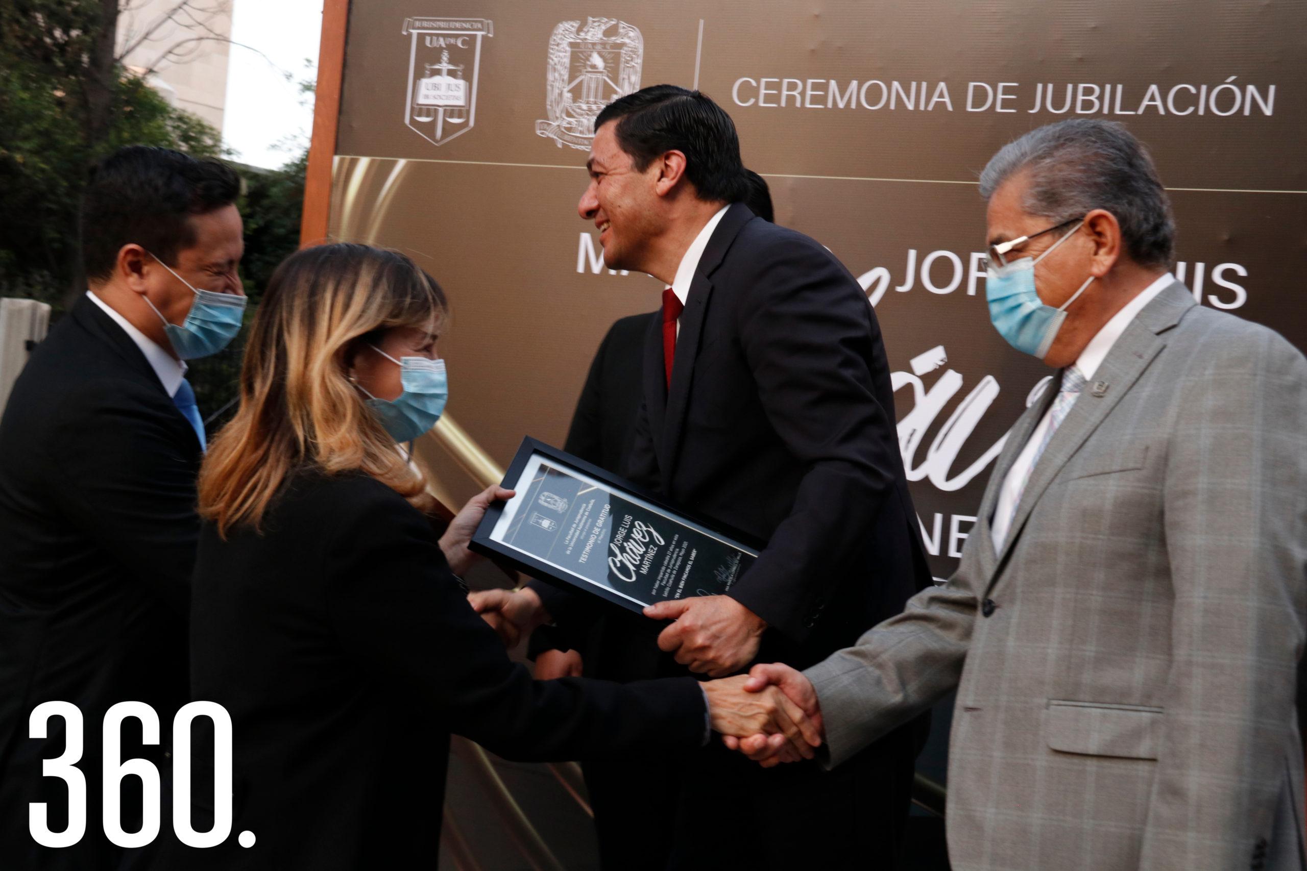 Compañeros maestros entregaron a Jorge Chávez un Testimonio de Gratitud, por sus 27 años ininterrumpidos en la Facultad de Jurisprudencia.
