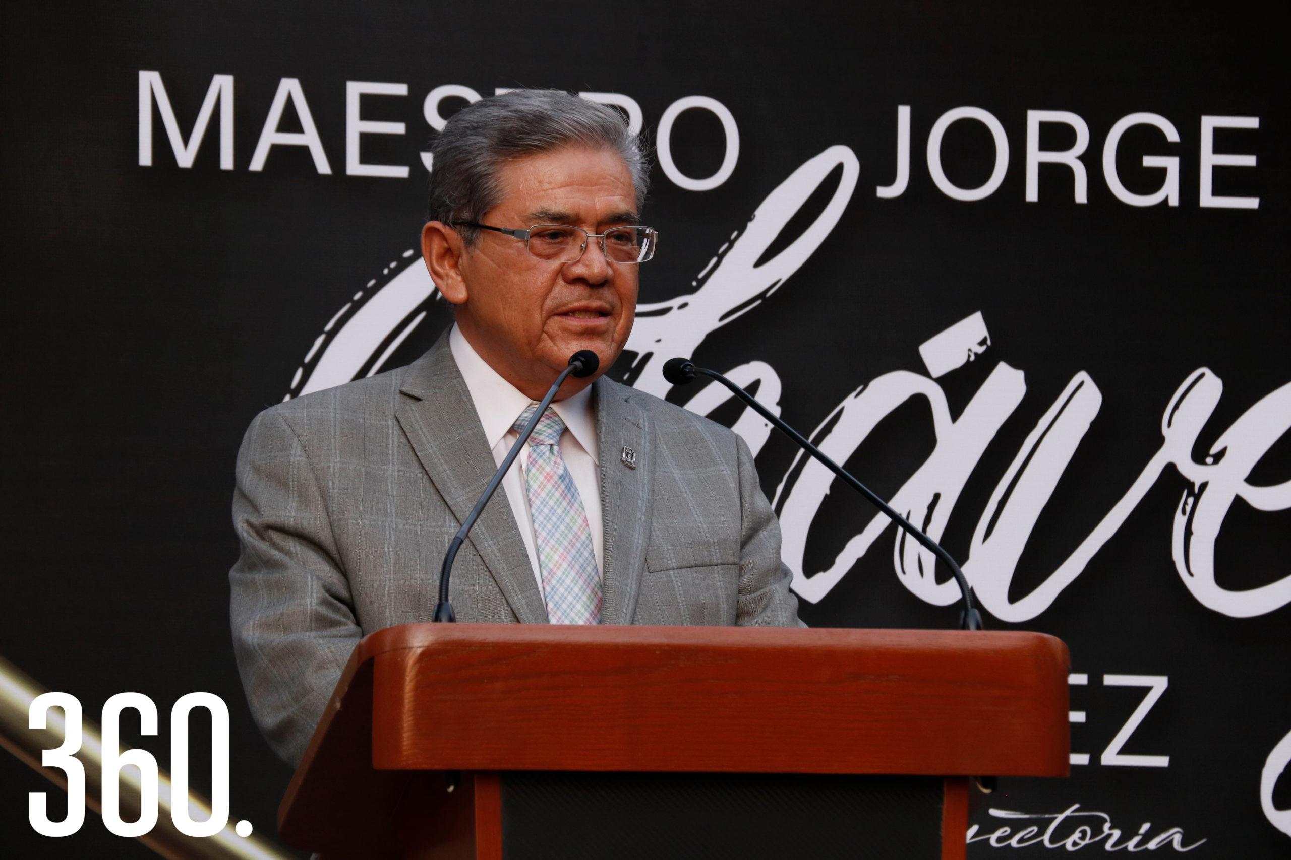 El rector Salvador Hernández Vélez felicitó al homenajeado y a su familia.
