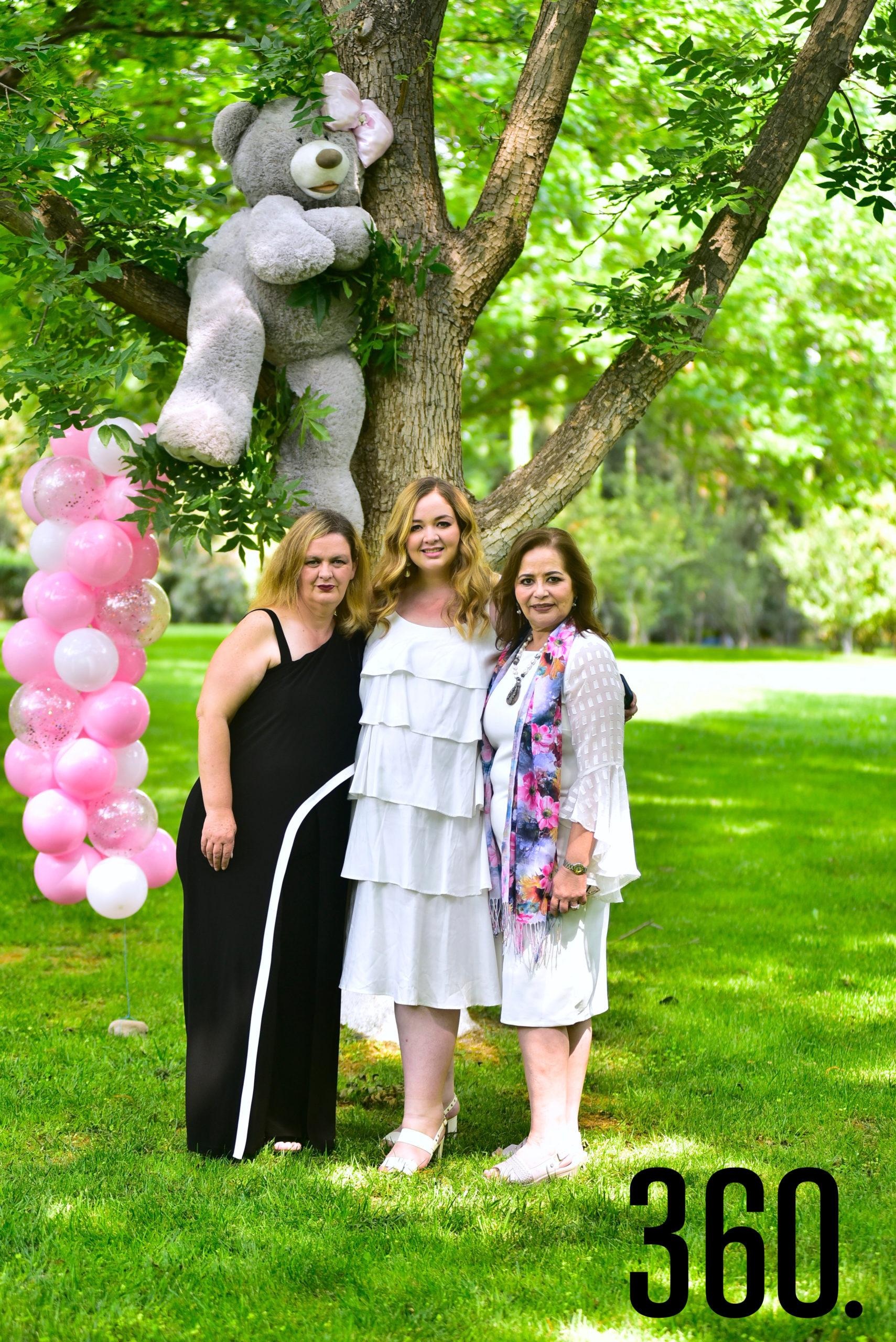 Carla con su mamá y suegra.