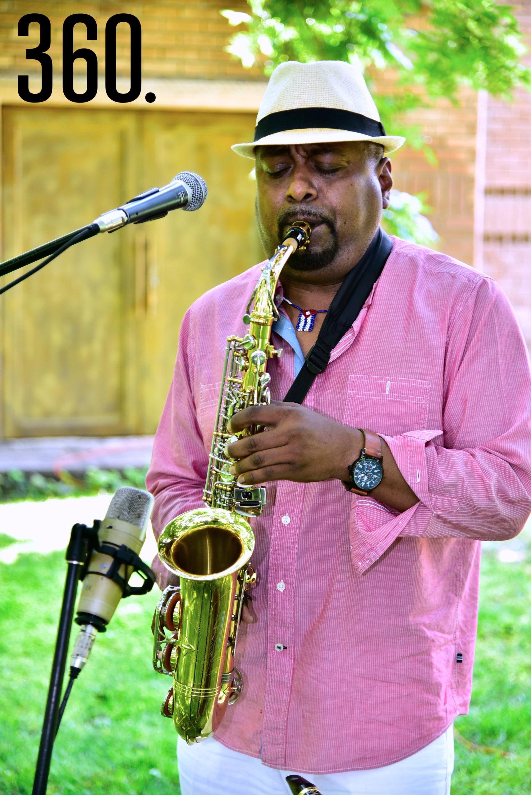 Un saxofonista deleitó a las invitadas con bellas piezas.