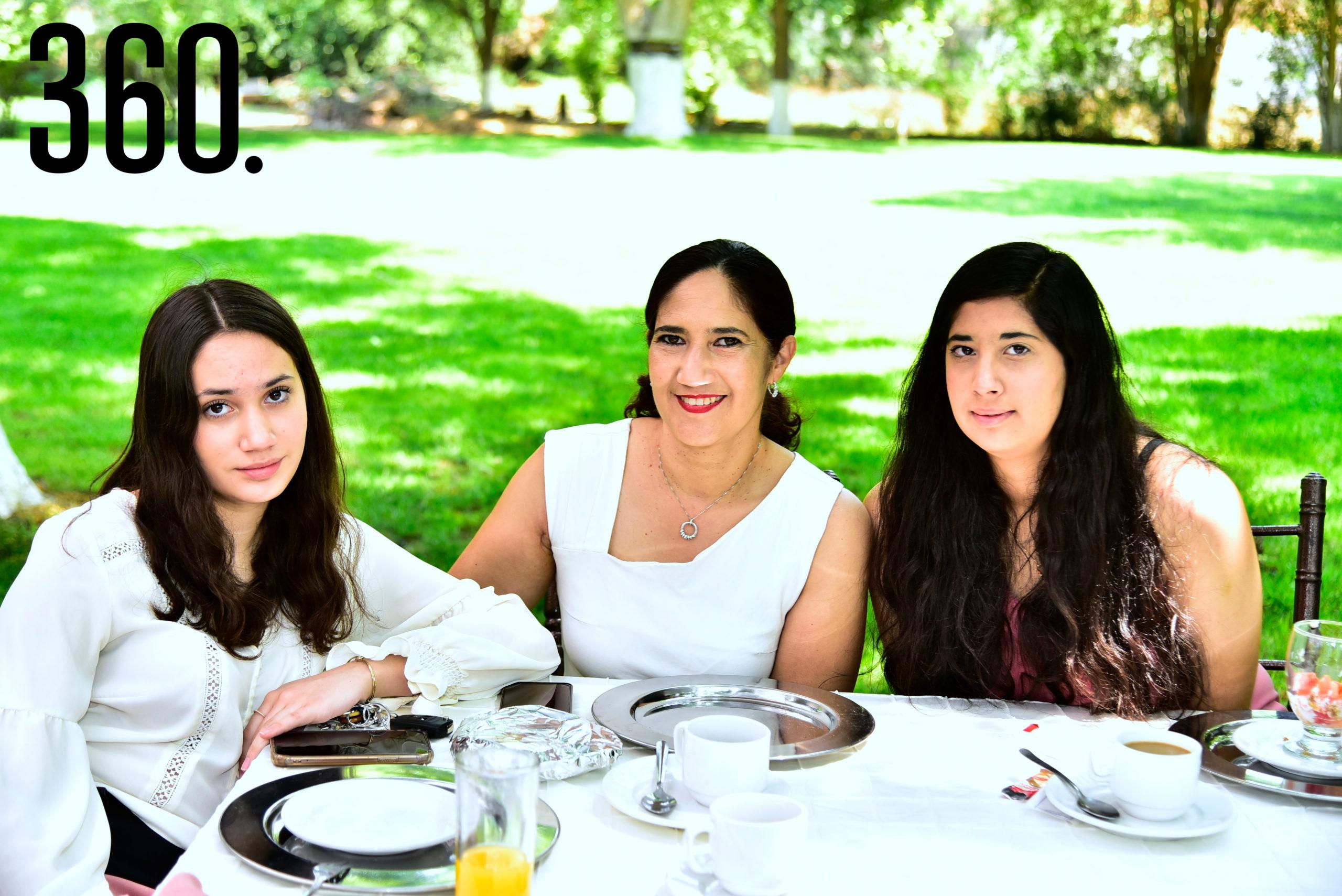 Lucía Melo, Dolores Cavazos de Melo y Cecilia Melo.