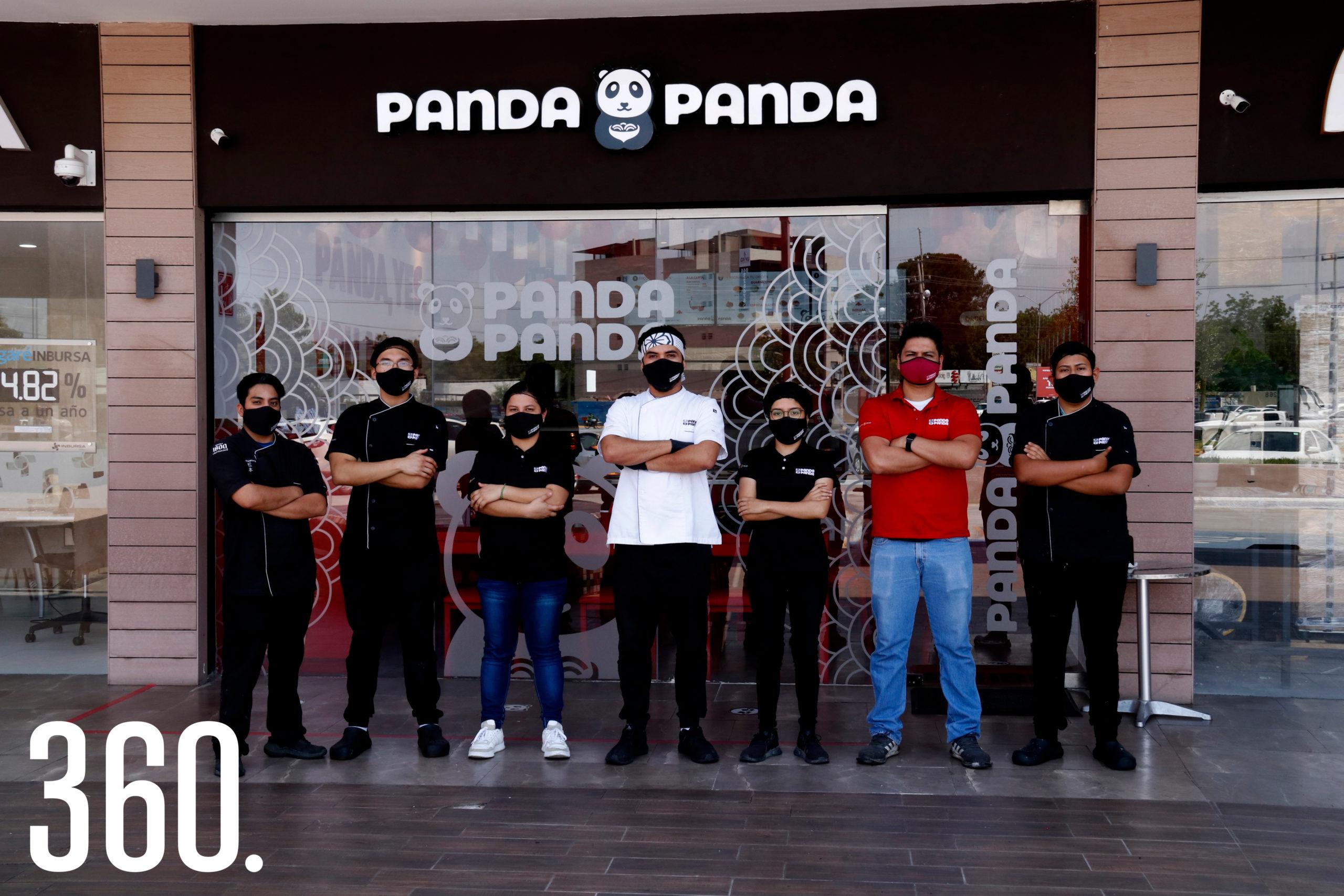 El chef Mario Valdez acompañado por el equipo de trabajo de Panda Panda, que diariamente atiende a los comensales en Plaza Cocoa.