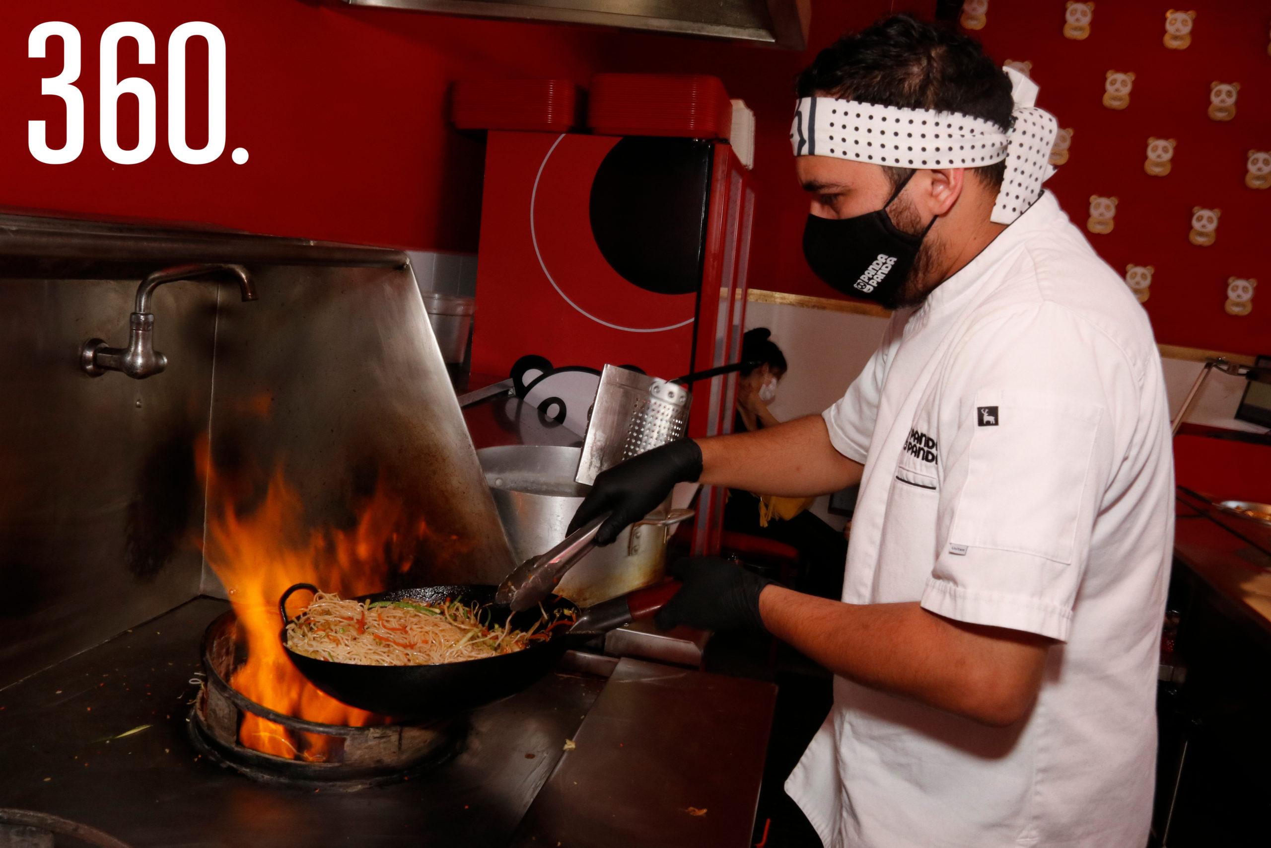 El chef Mario Valdez salteando los fideos.
