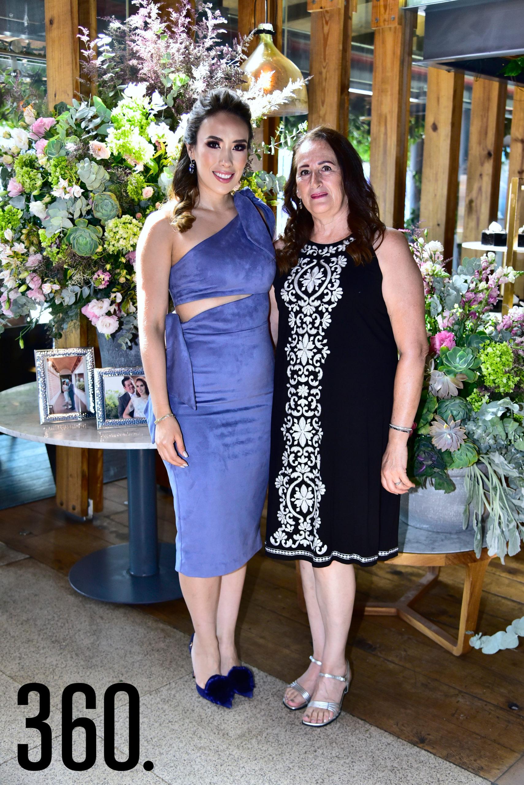 Lorena Villanueva con su suegra, Isabela Vargas.