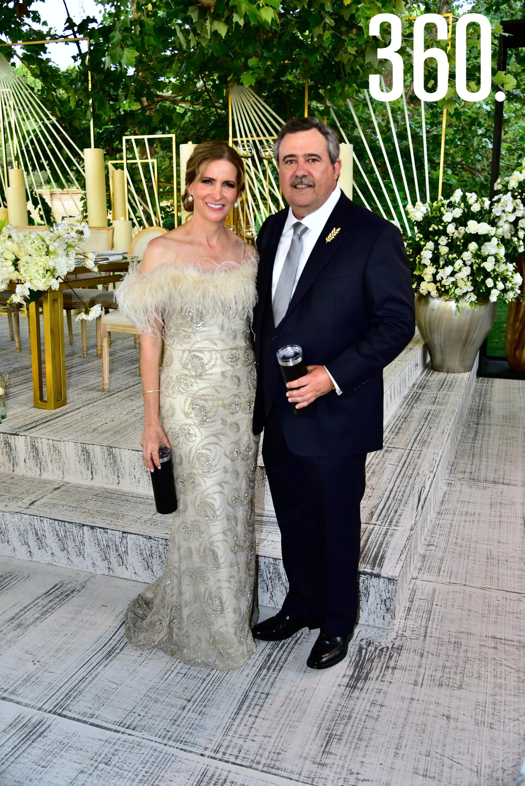 Elma Arizpe de Dávila y Alejandro Dávila, padres del novio.