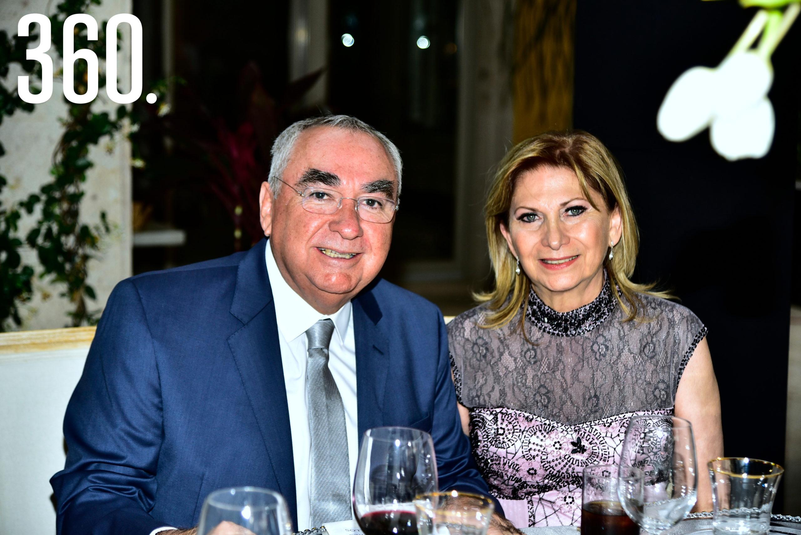 Mario Mata y Maricela Quintero de Mata.