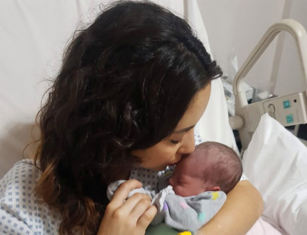 Paulina con la pequeña Katalina.