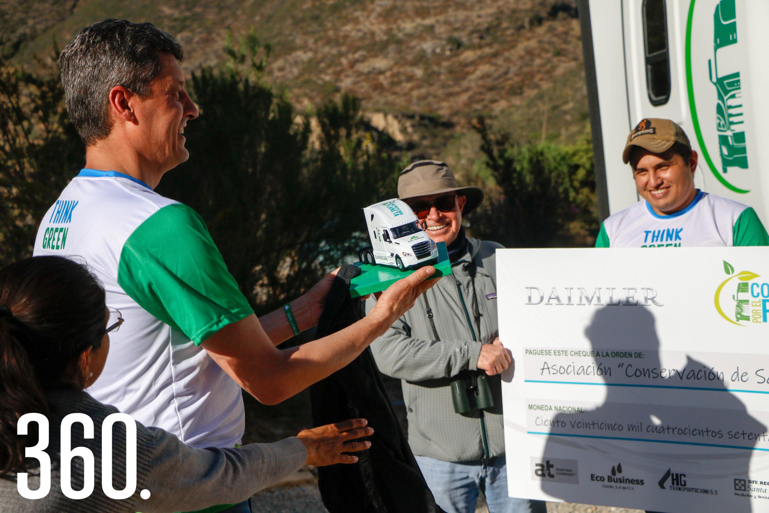 Miguel regalándole un mini tractocamión a Alejandro Arizpe.