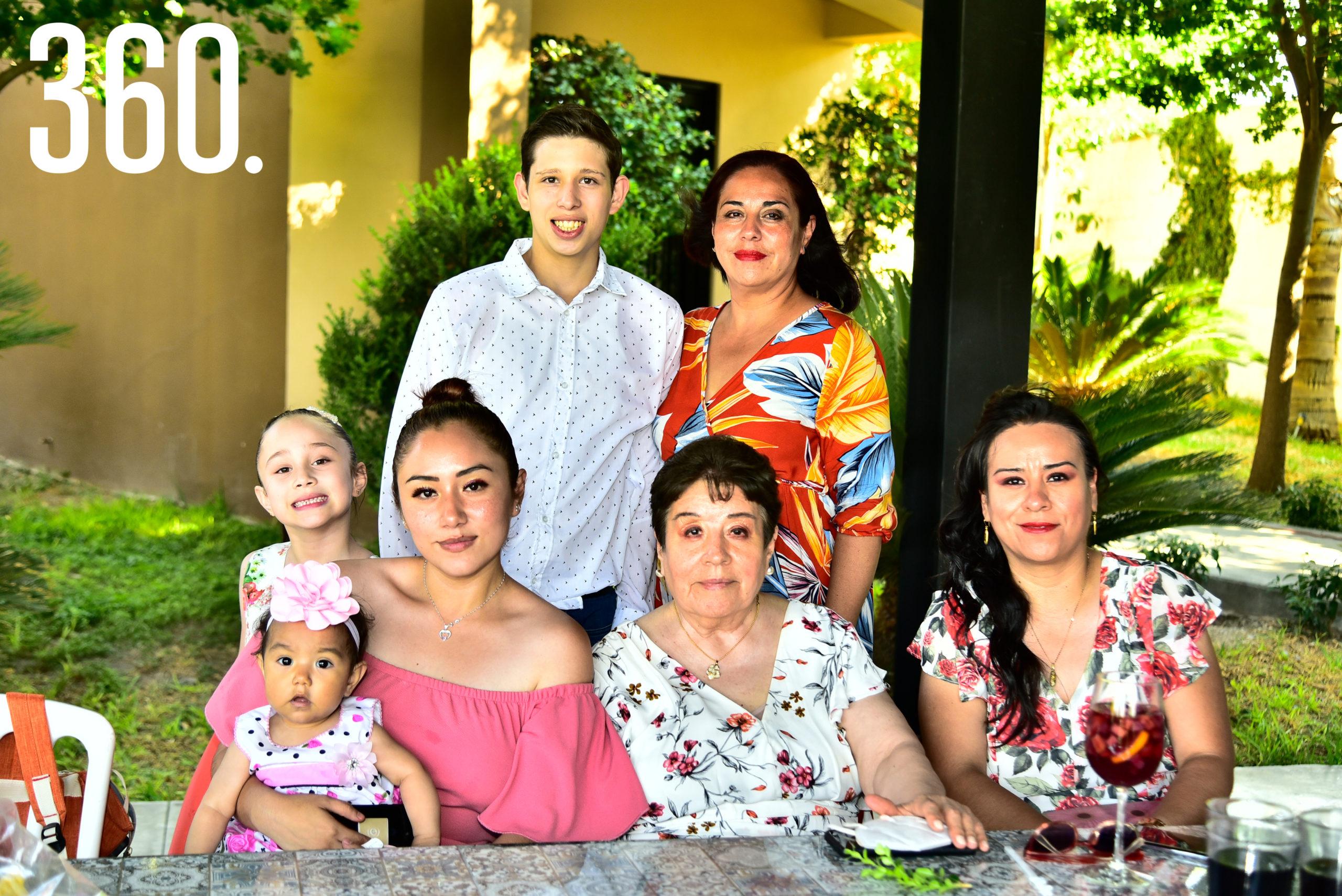 Rommel Valenzuela, Liliana Martínez, Iranís Valenzuela, Ángela Solís, Liliana Valenzuela, María Beatriz y Daniela de la Paz.