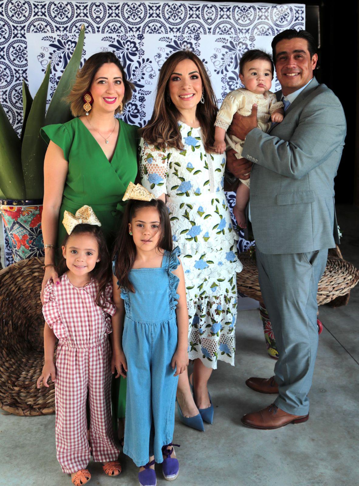 José Emilio y sus padres con Yussel Lozano y sus hijas, Carlotta y Amelia Saro Lozano.