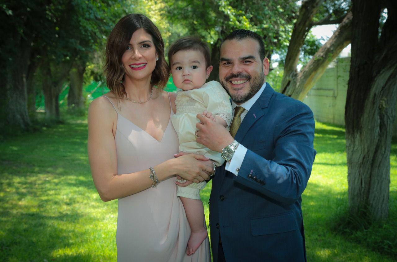 José Emilio con sus padrinos, Adriana Rodríguez y Jamir Ramírez.