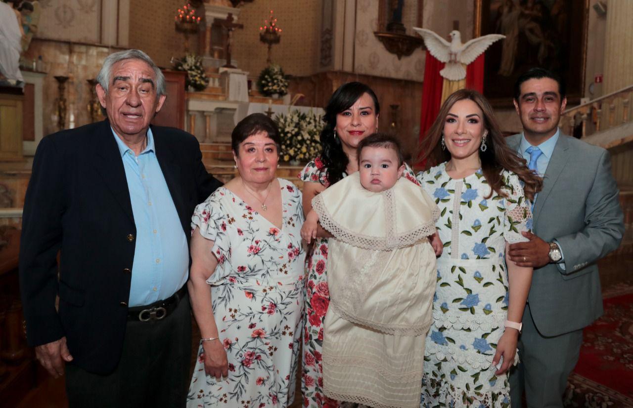 Con los abuelos paternos, Ramón Martínez y Beatriz de la Paz, y tía, Daniela Martínez.