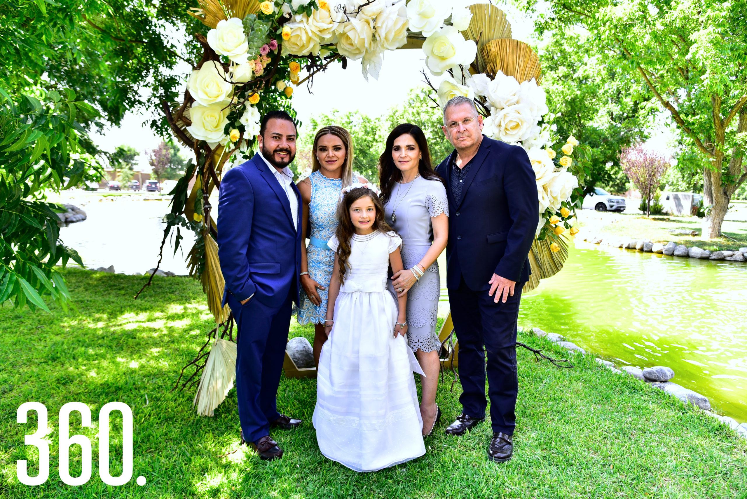 Isabella con sus papás y padrinos.