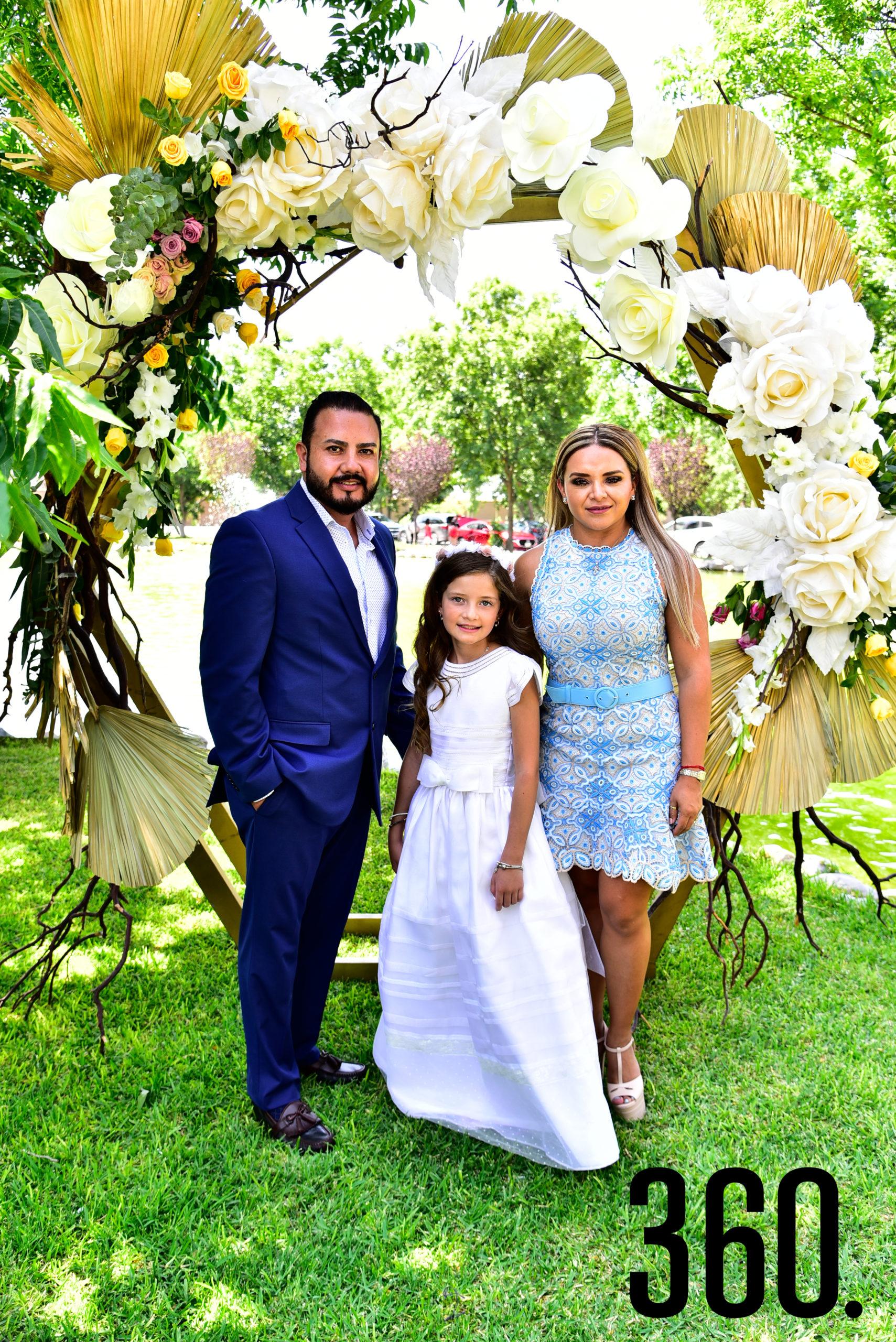 Isabella Gold Rodríguez con sus padres, David Gold y Mayra Rodríguez de Gold.