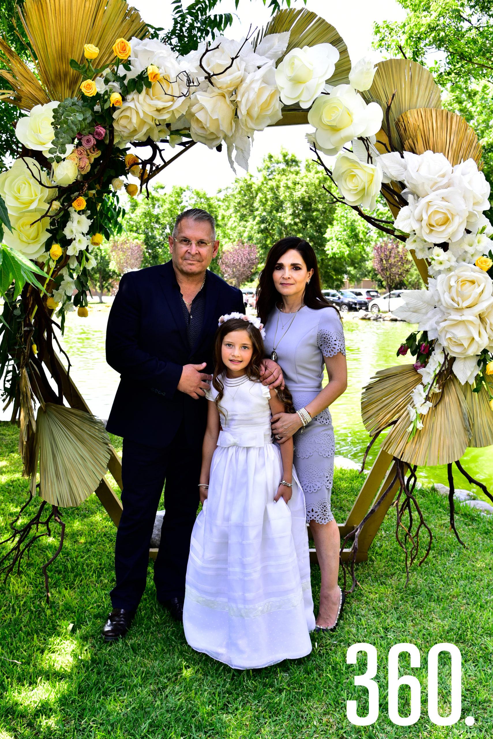 Isabella Gold Rodríguez acompañada de sus padrinos, Sofía Charvel y Sergio Chavarría.