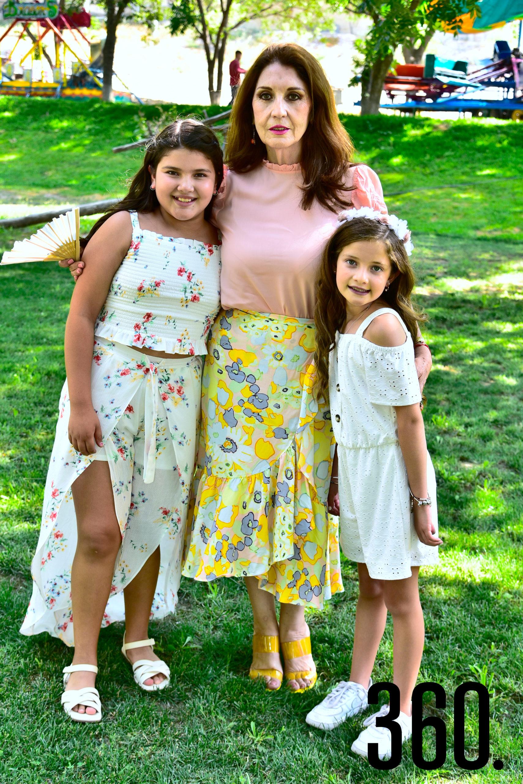 Isabella y Loretta Gold con su abuelita Alma Gandarilla.