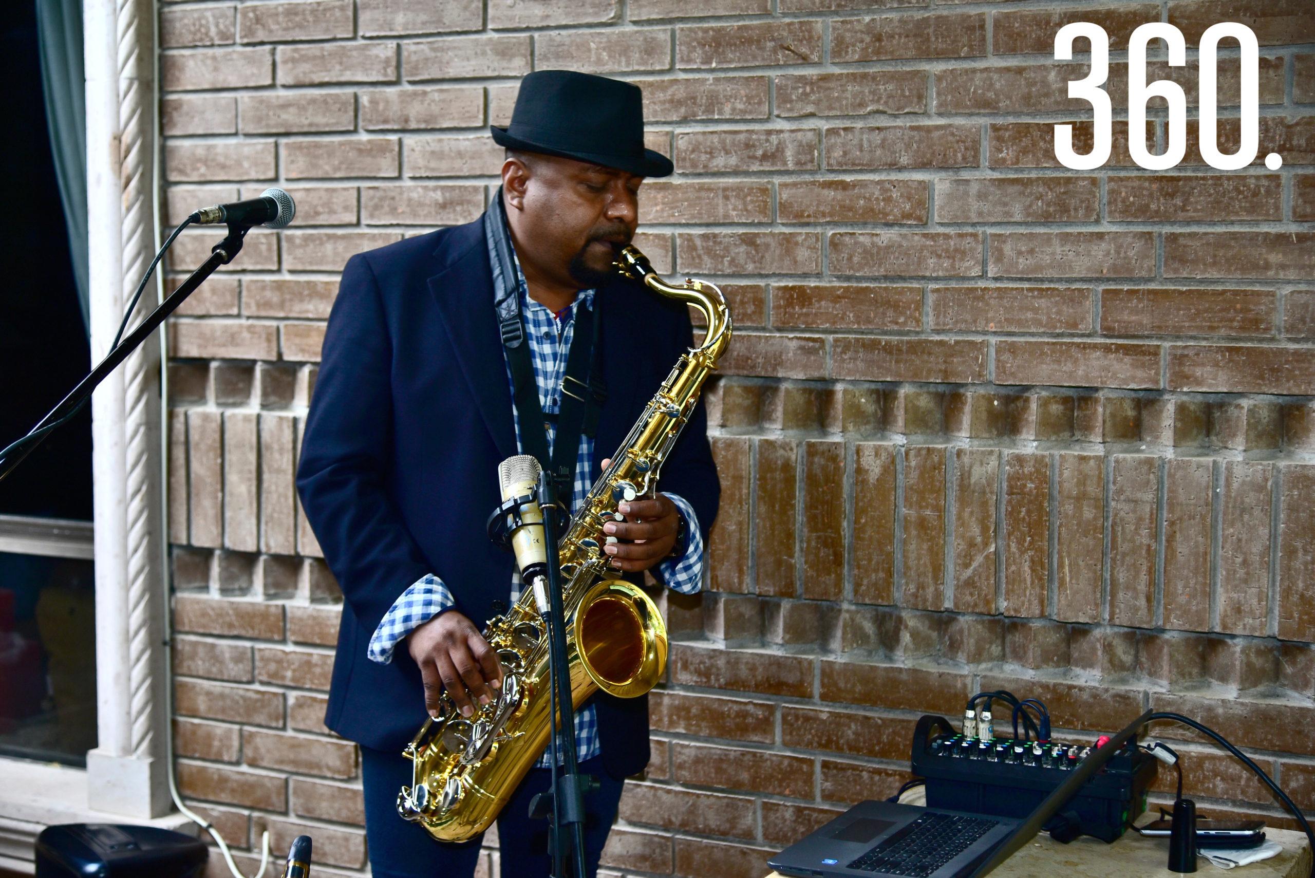 Un saxofonista tocó algunas melodías.