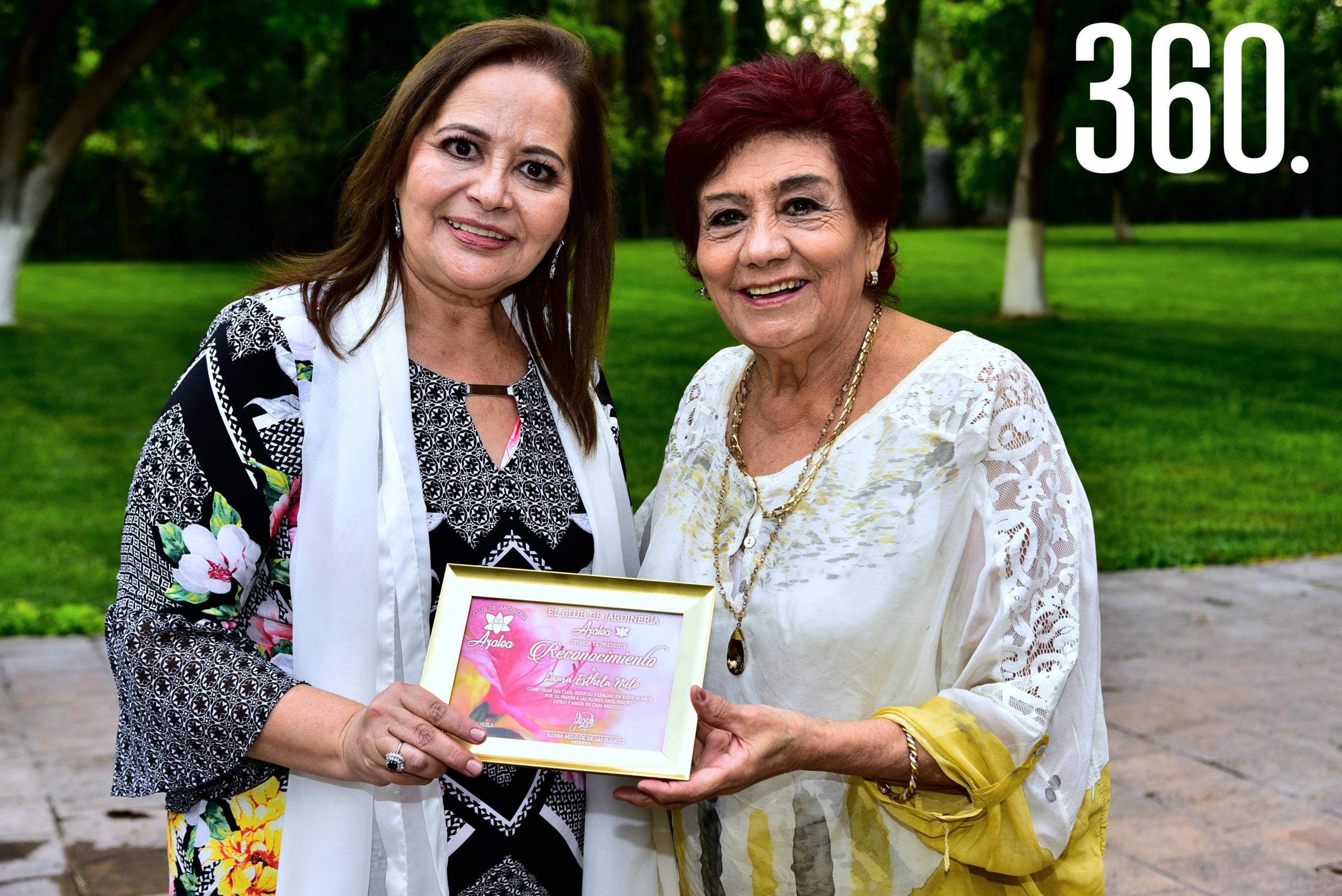 Lili Melo de De las Fuentes entregando un reconocimiento a Laura Esthela Nieto.