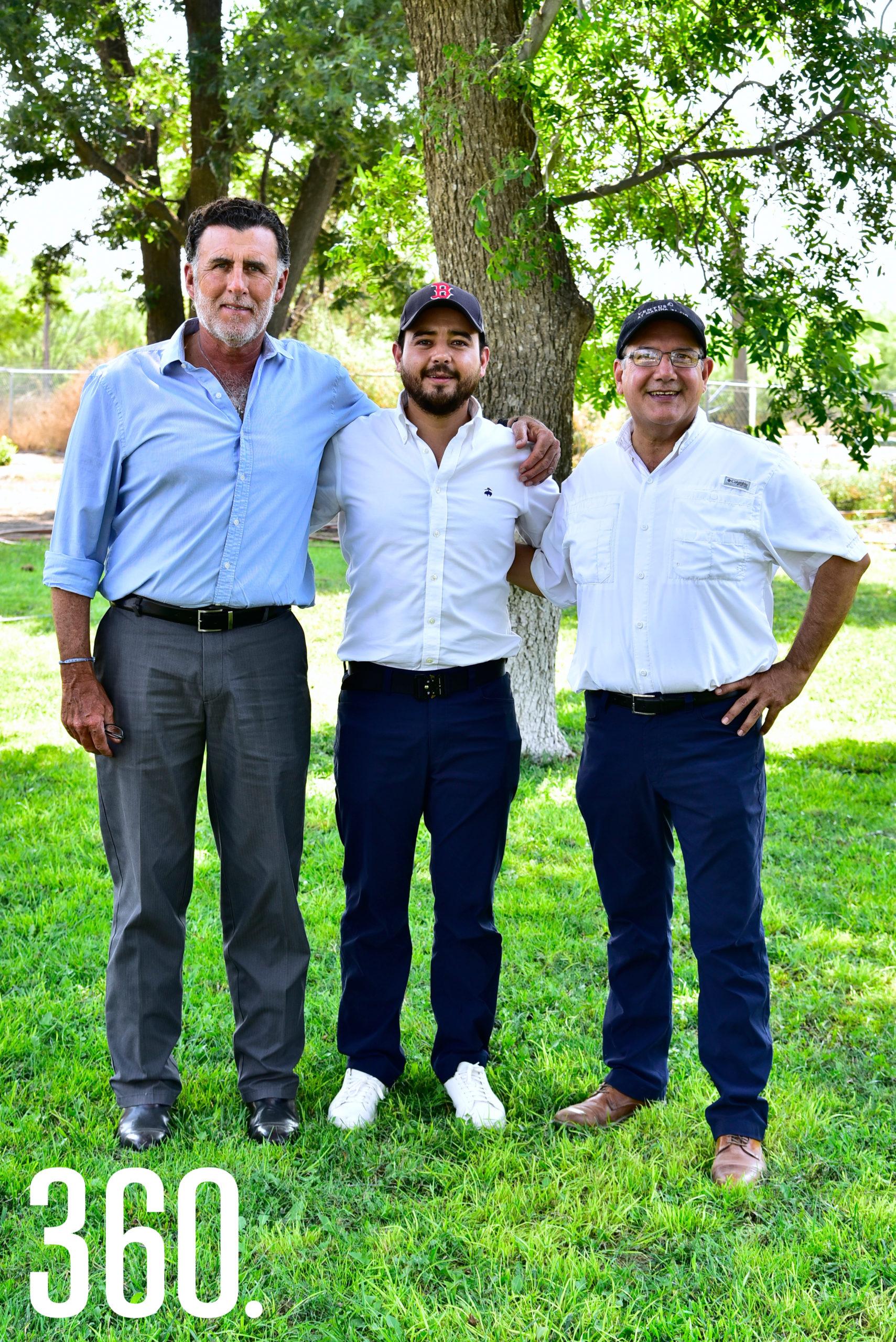 Eduardo Dávila Treviño con su papá, Eduardo Dávila Aguirre, y su suegro, Leopoldo Herrera Corona.
