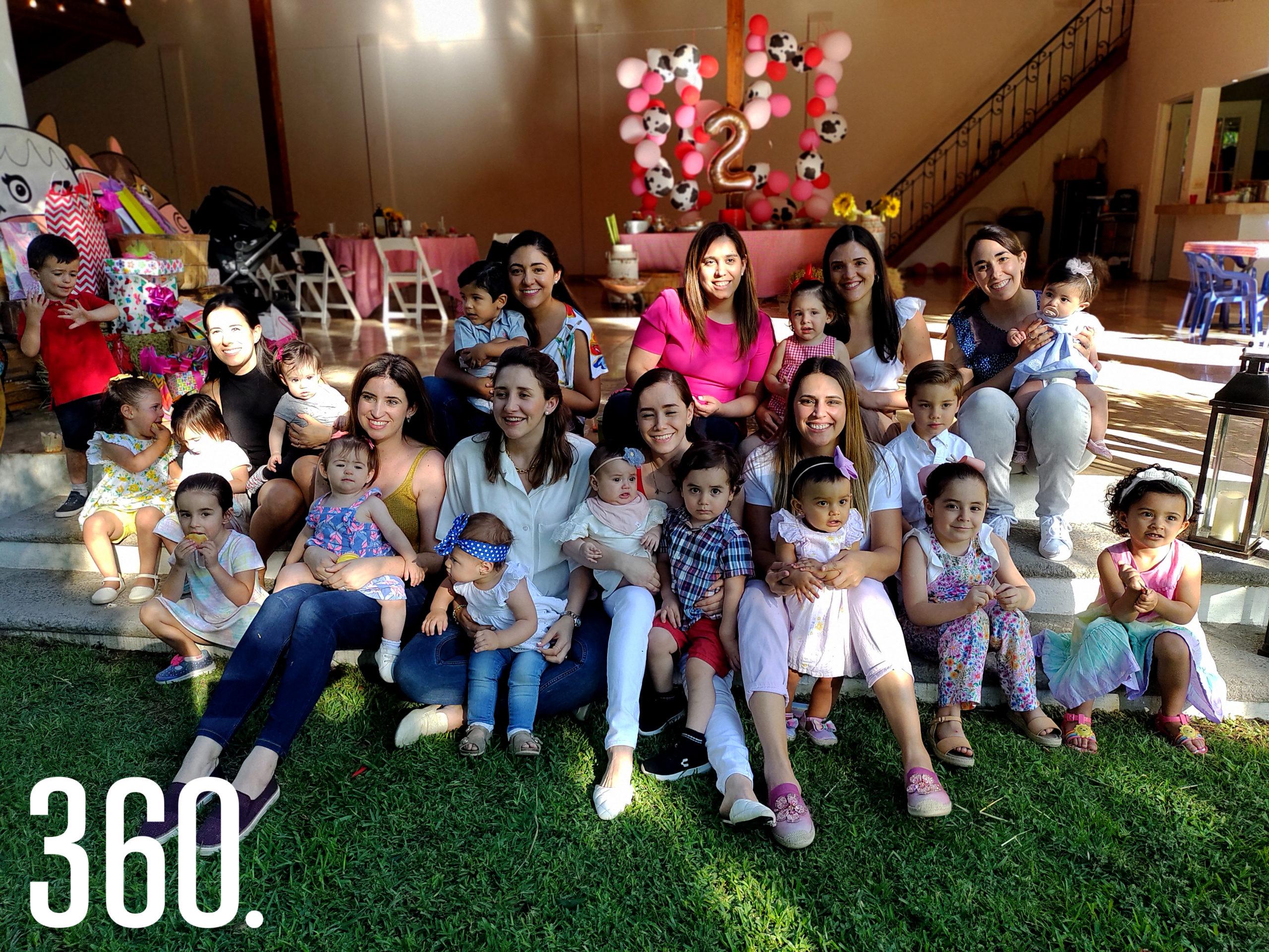 Ana Guajardo y su hija Regina acompañadas por sus invitados.