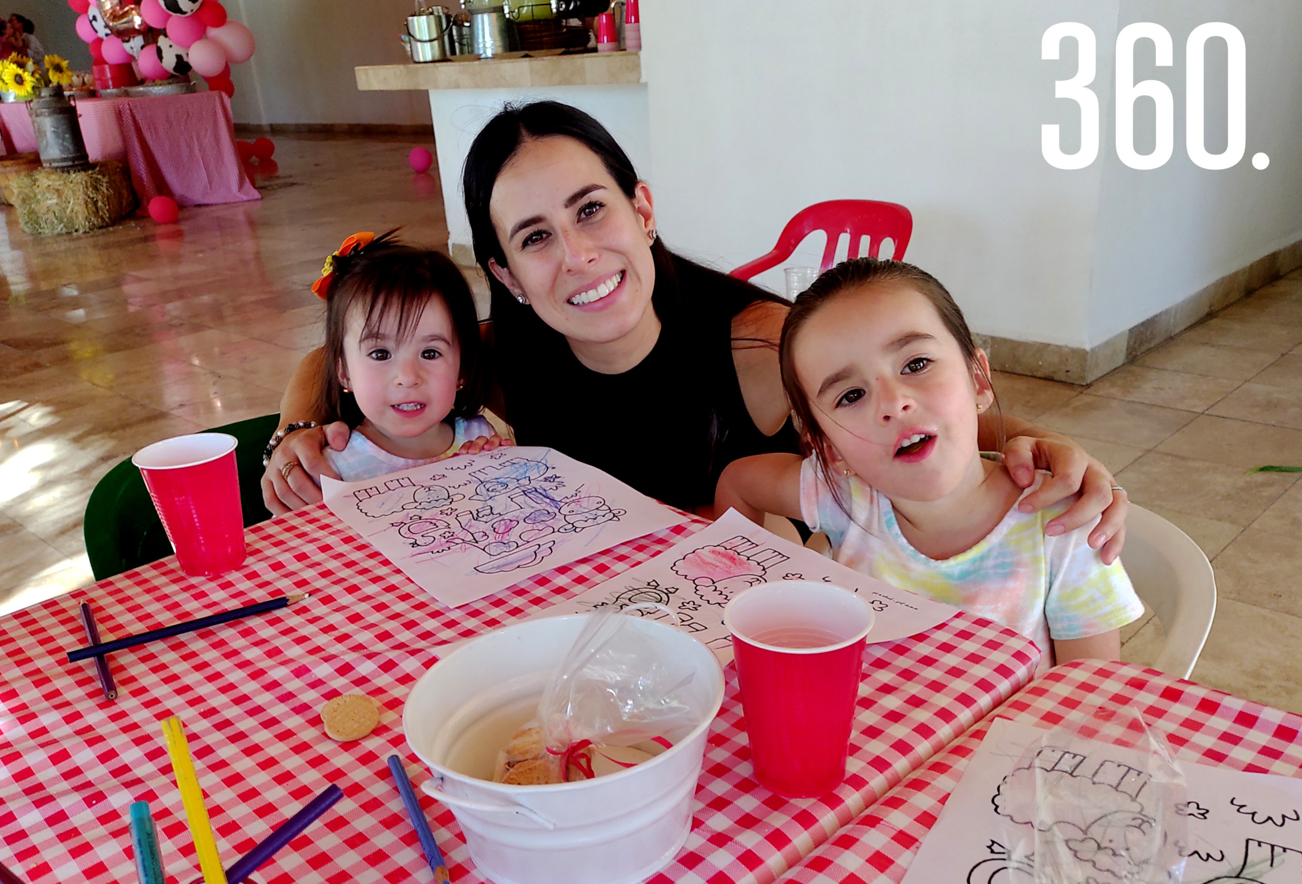 Andrea Jiménez con sus hijas Marian y Andrea Alanís.