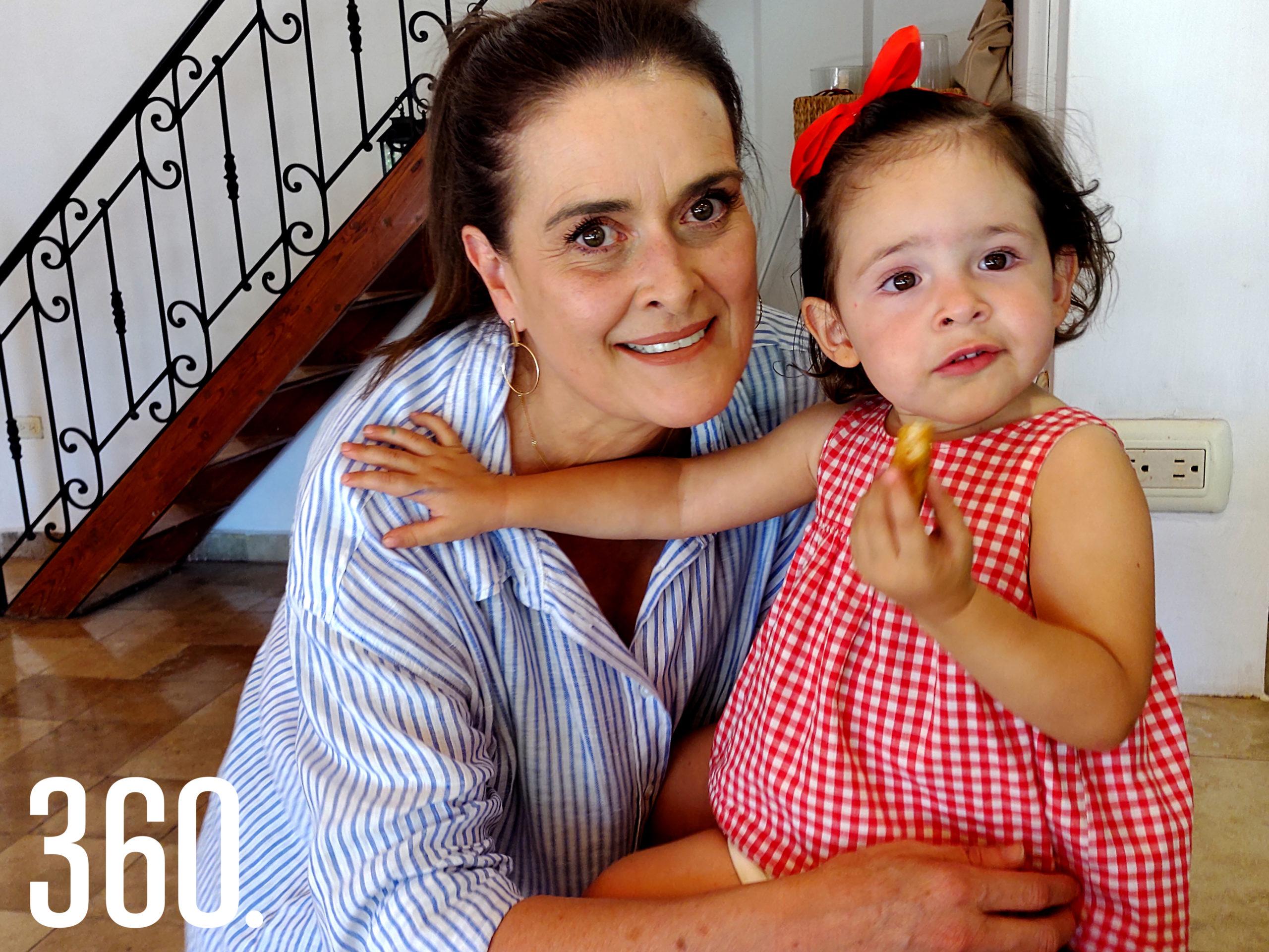 Maya de Valle Castilla con su sobrina Regina Colmenero.