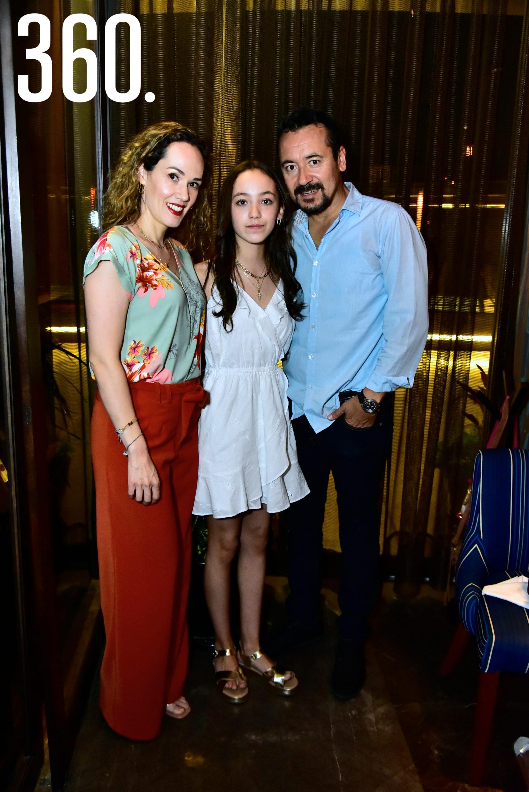 Paola Haro, Regina Delgado Haro y Carlos Delgado.