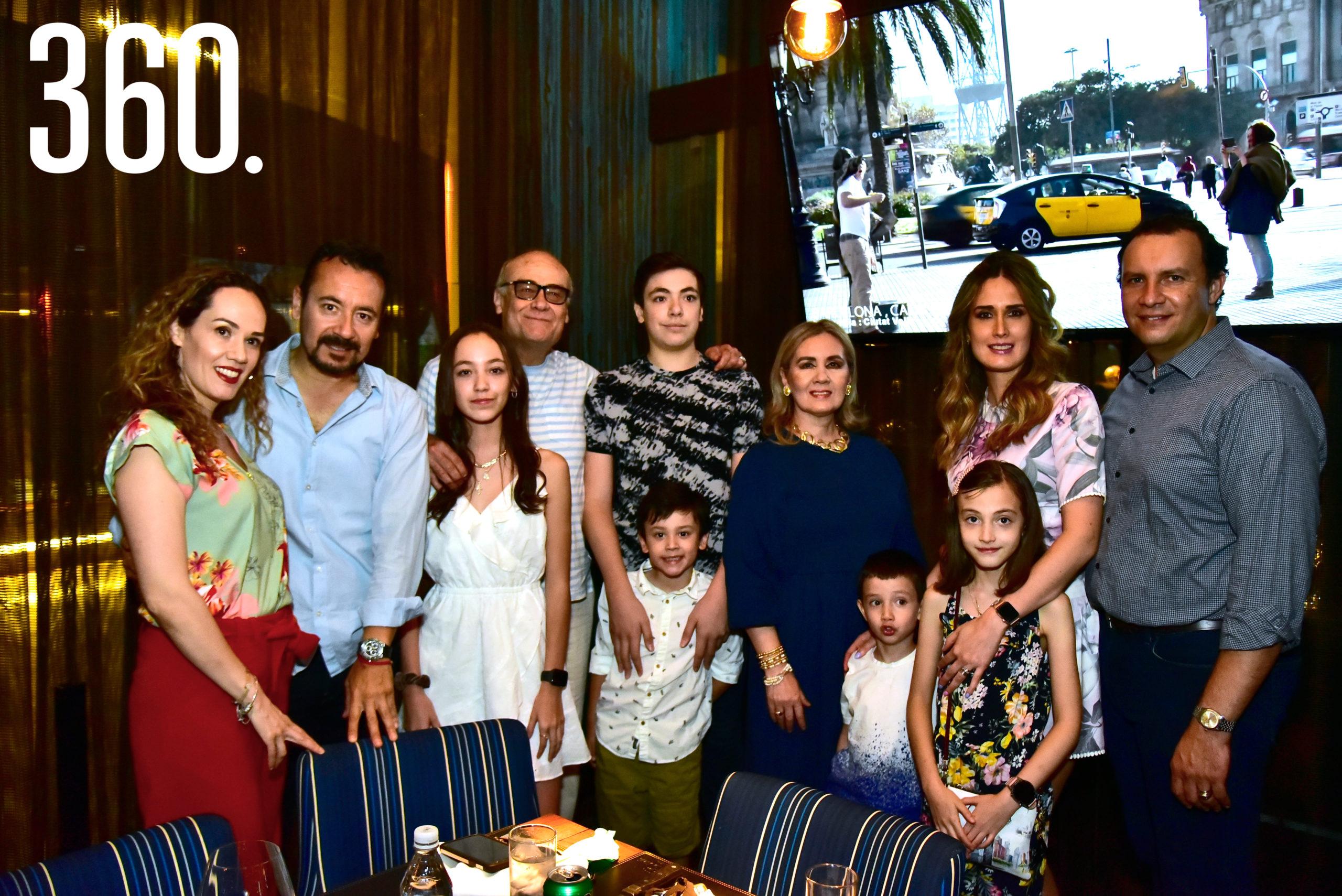 Regina Delgado Haro con su familia.