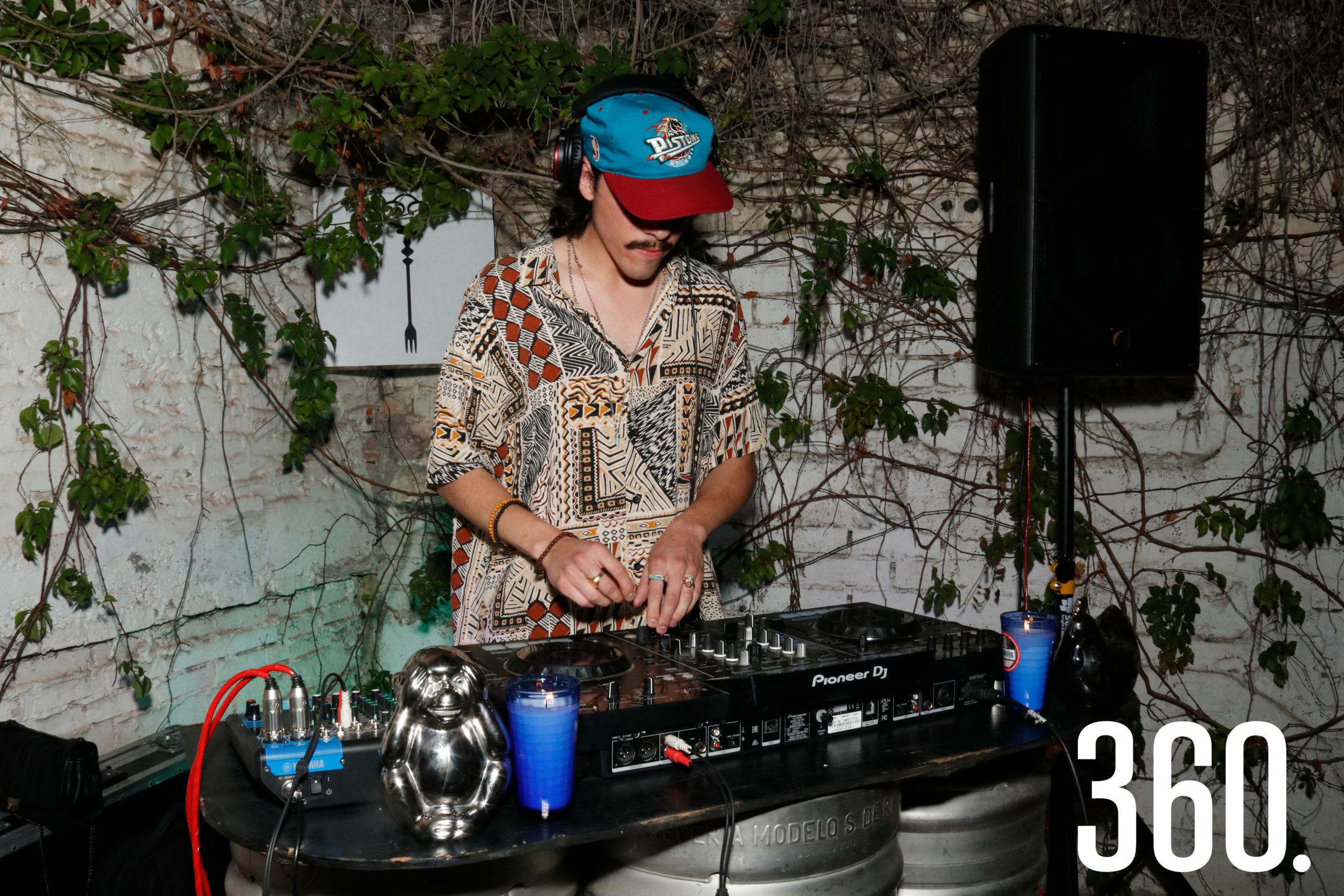 DJ Diego, integrante del grupo Pjama, amenizó la primera parte del festejo.