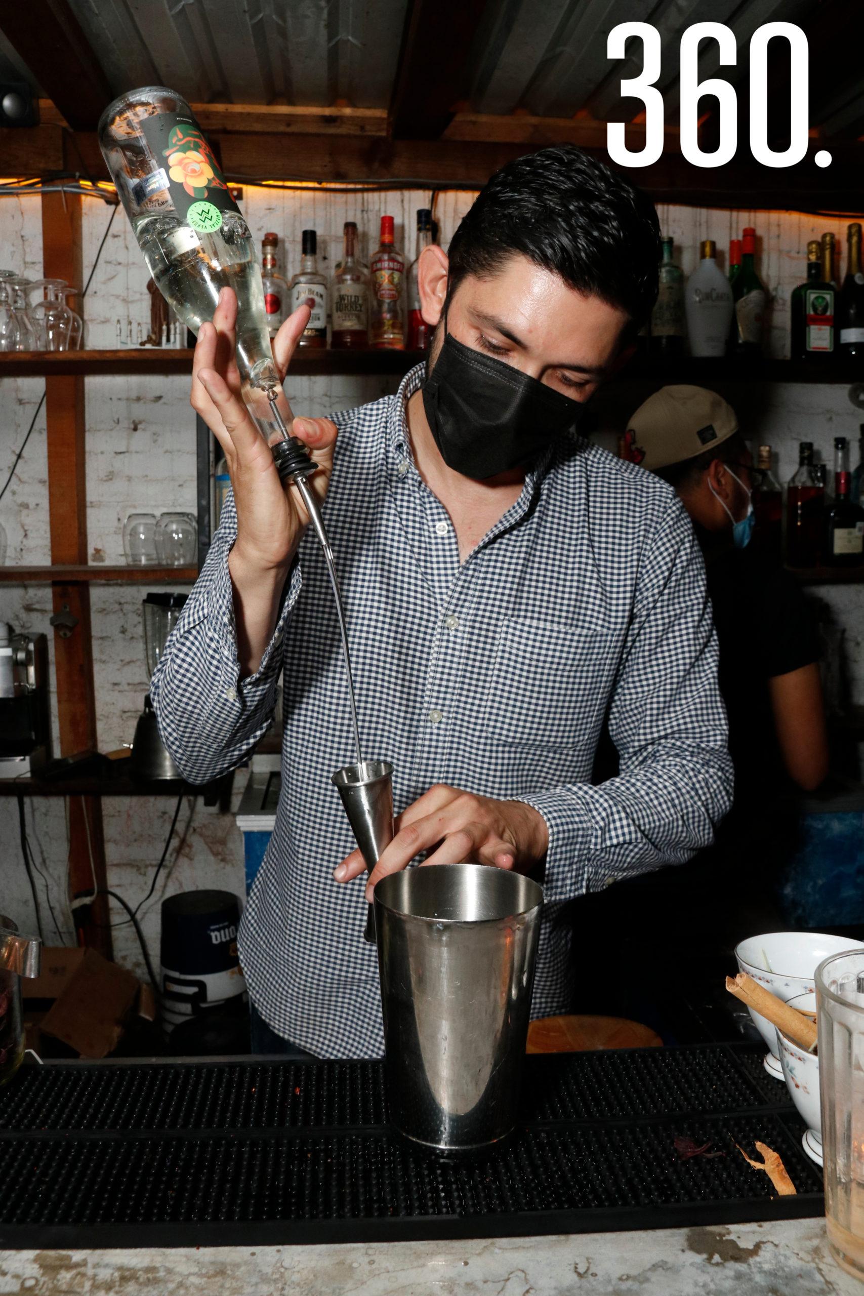 """Jesús Torres en la barra preparando el drink """"La colorada"""", emblemático del restaurante & bar """"La puerta al Cielo""""."""
