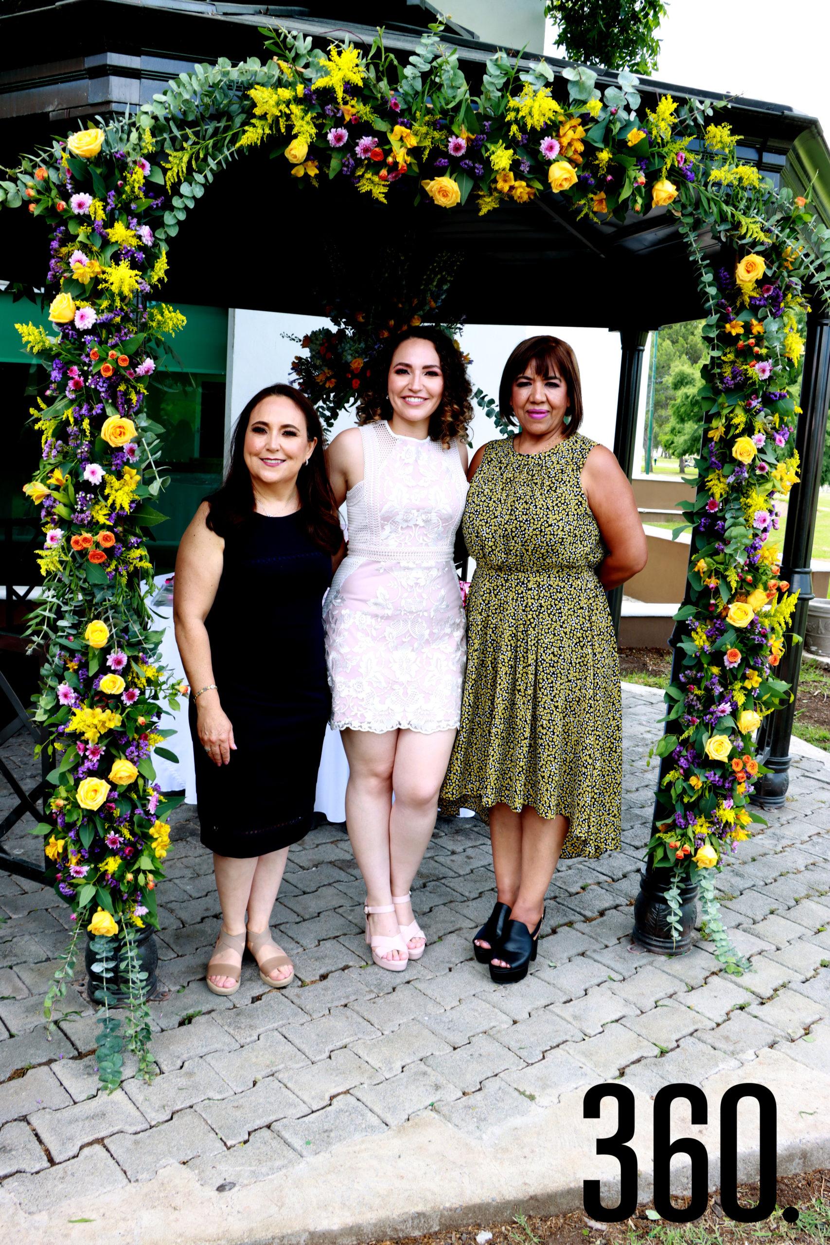 María Luisa Ramos y Elba Leija Santamaría organizaron la despedida de soltera para Ana Cecilia Romero Ramos.