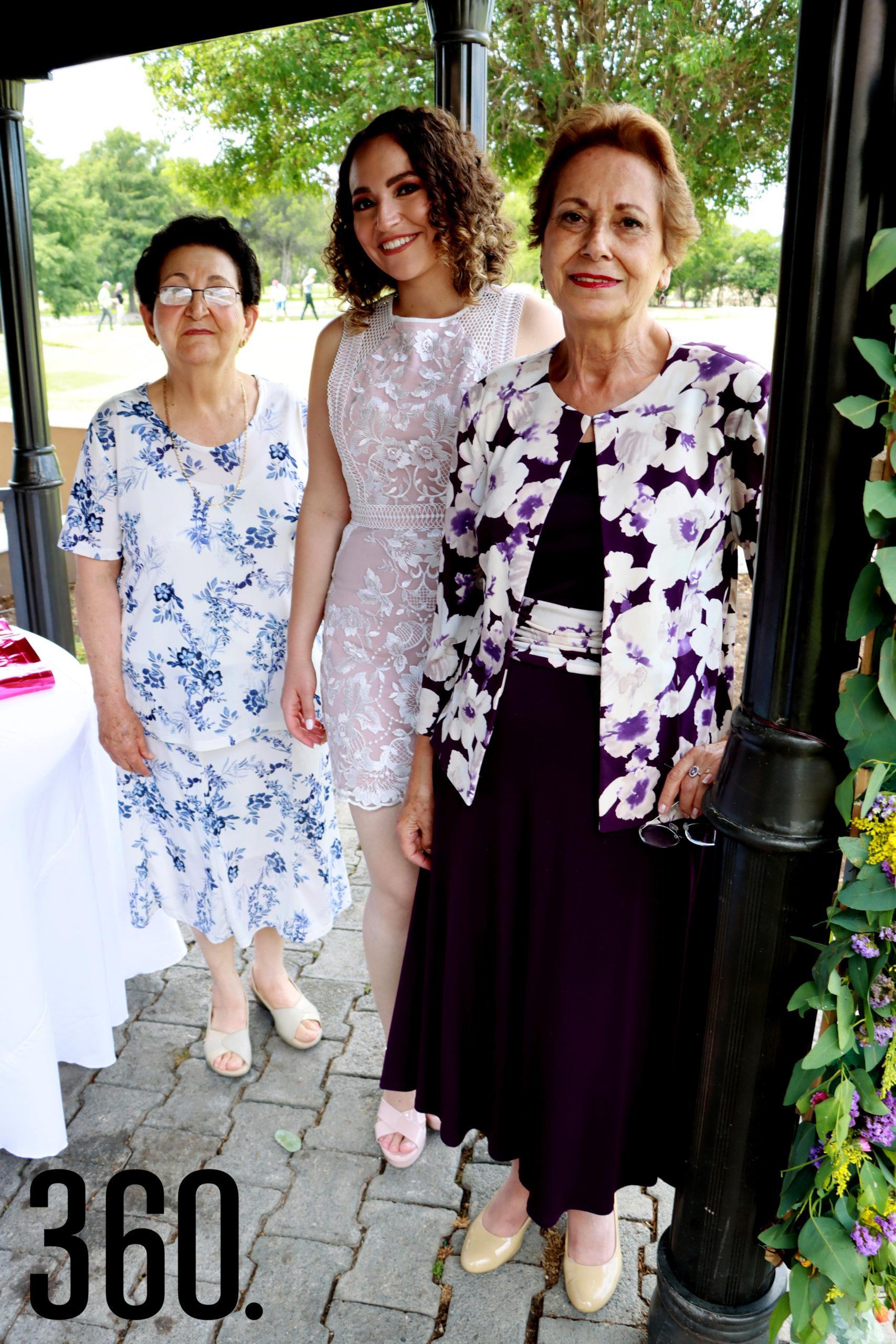 María Luisa Abugarade y Emilia Talamás de Romero felicitaron a su nieta Ana Cecilia.