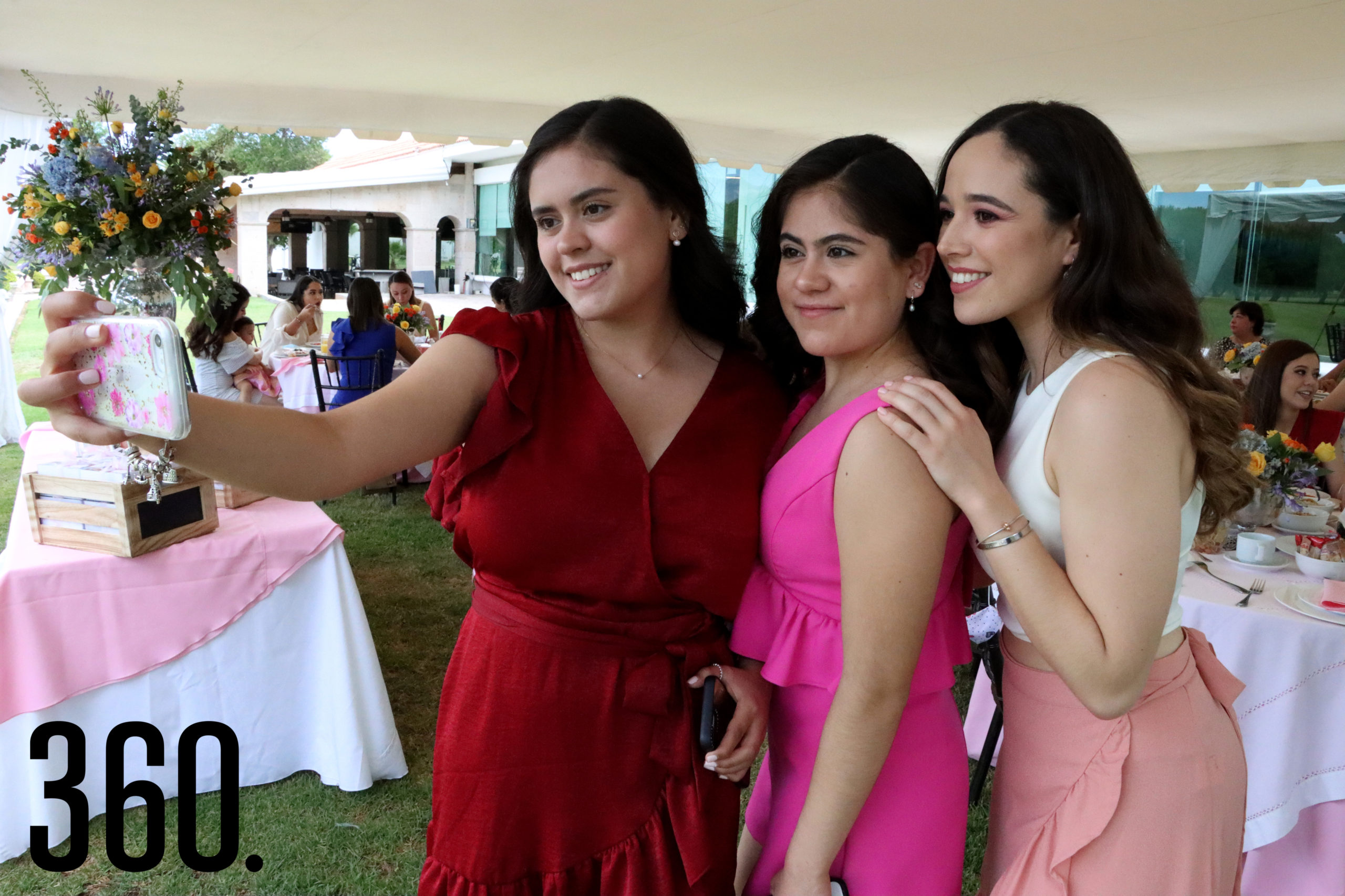Amira y Yalile Rodríguez tomándose la selfie con Sofía Romero.
