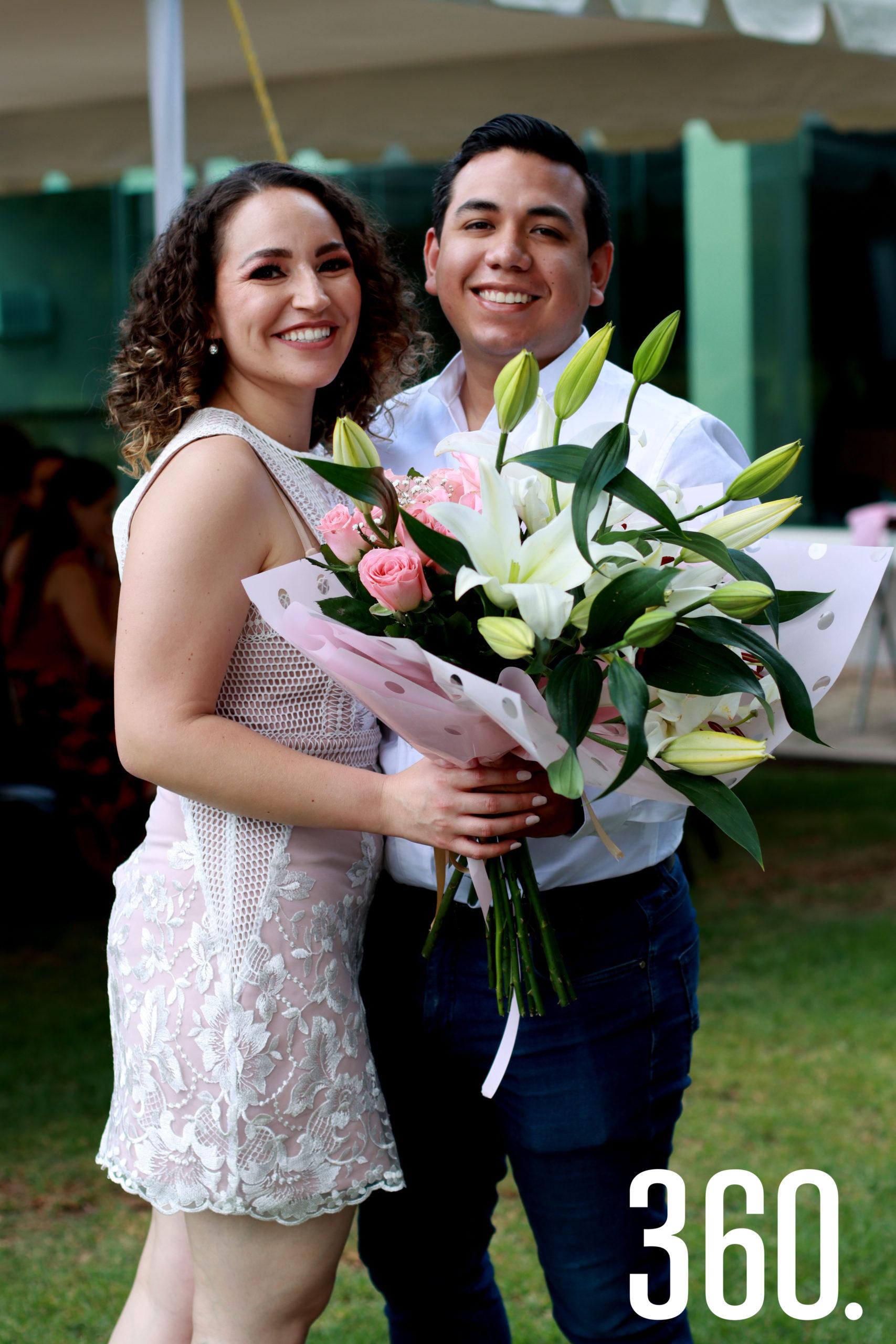 Ana Cecilia recibió un ramo de flores de parte de su novio, Romero Fabián Trujillo Leija.