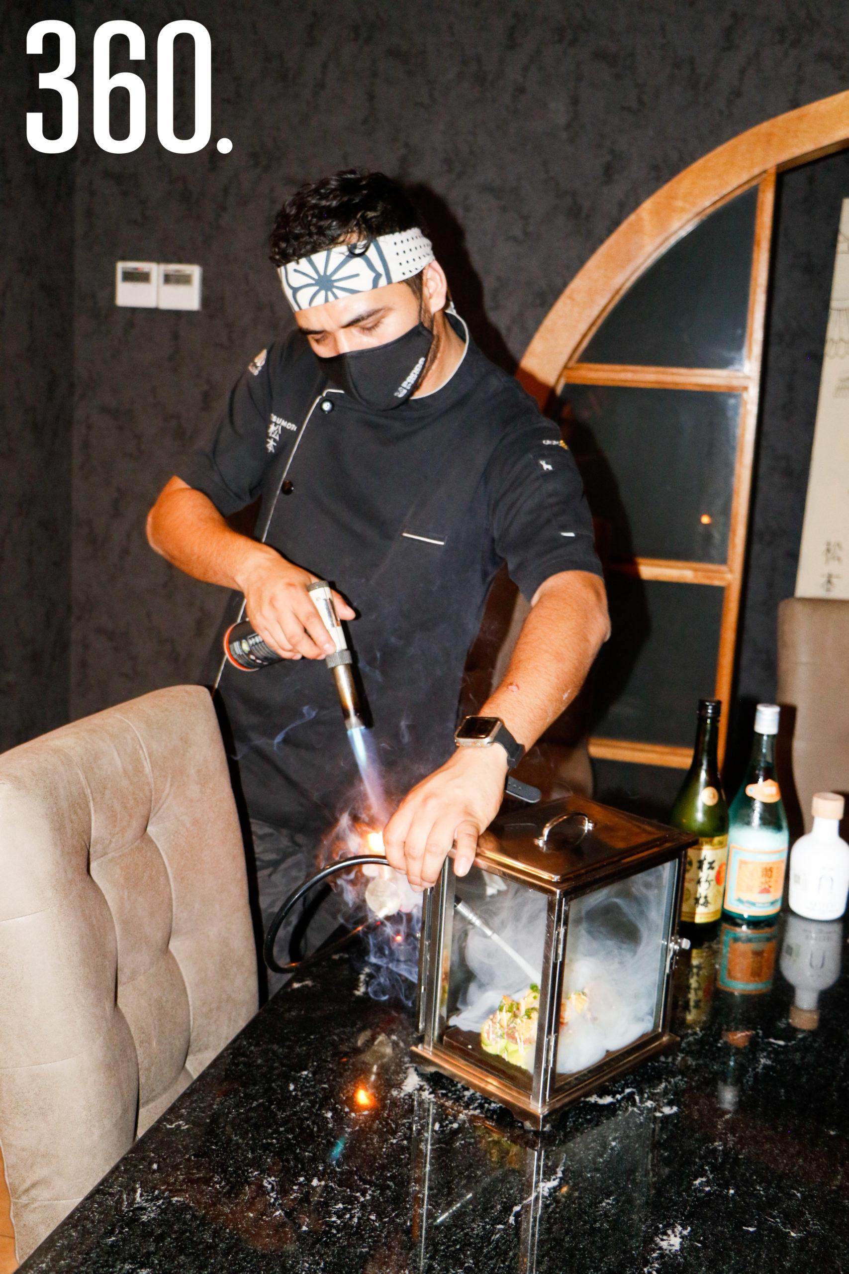 Invitan a los clientes a adentrarse al mundo de los nigiris y el sashimi.