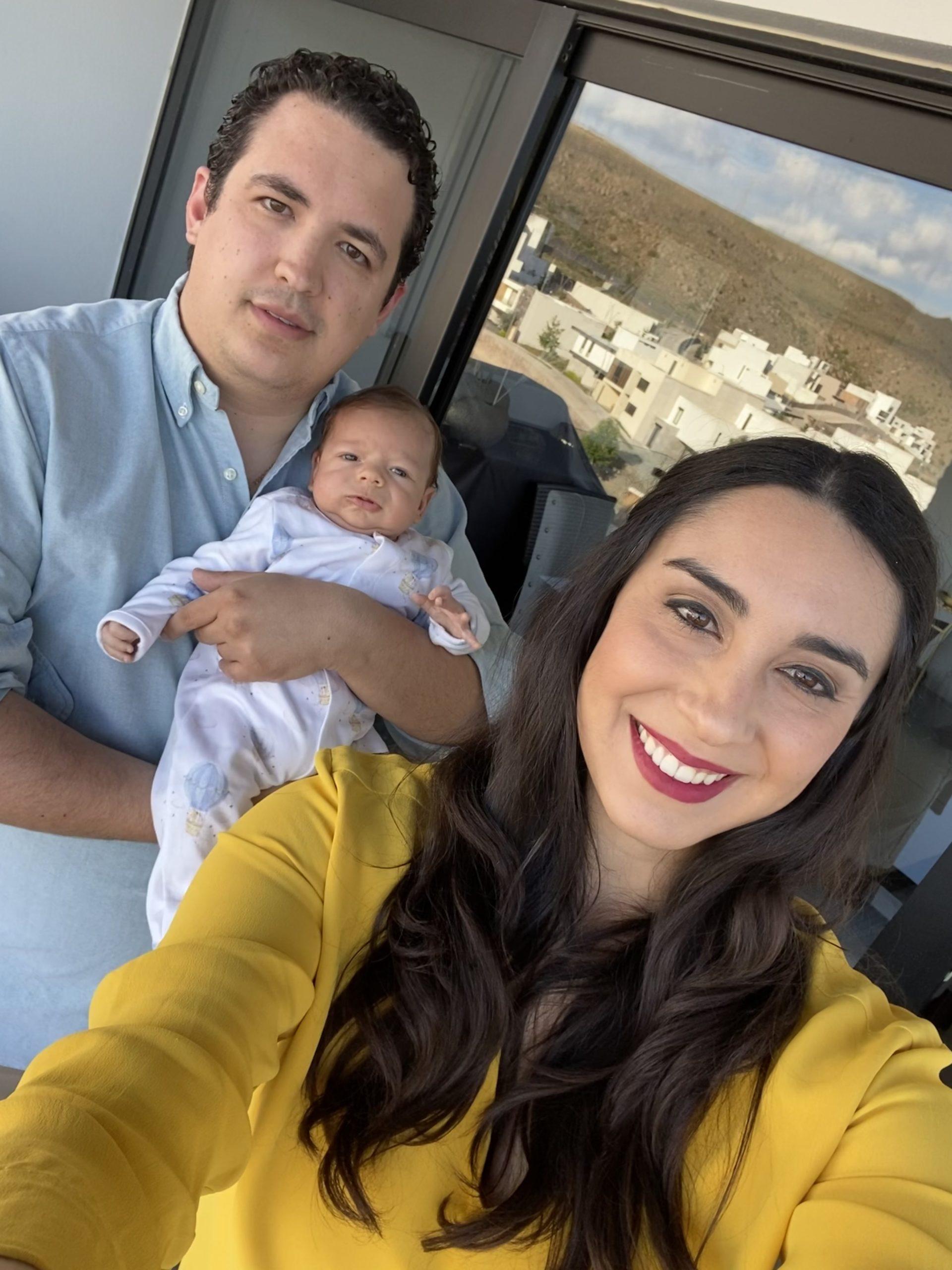 Adrián con sus papás.