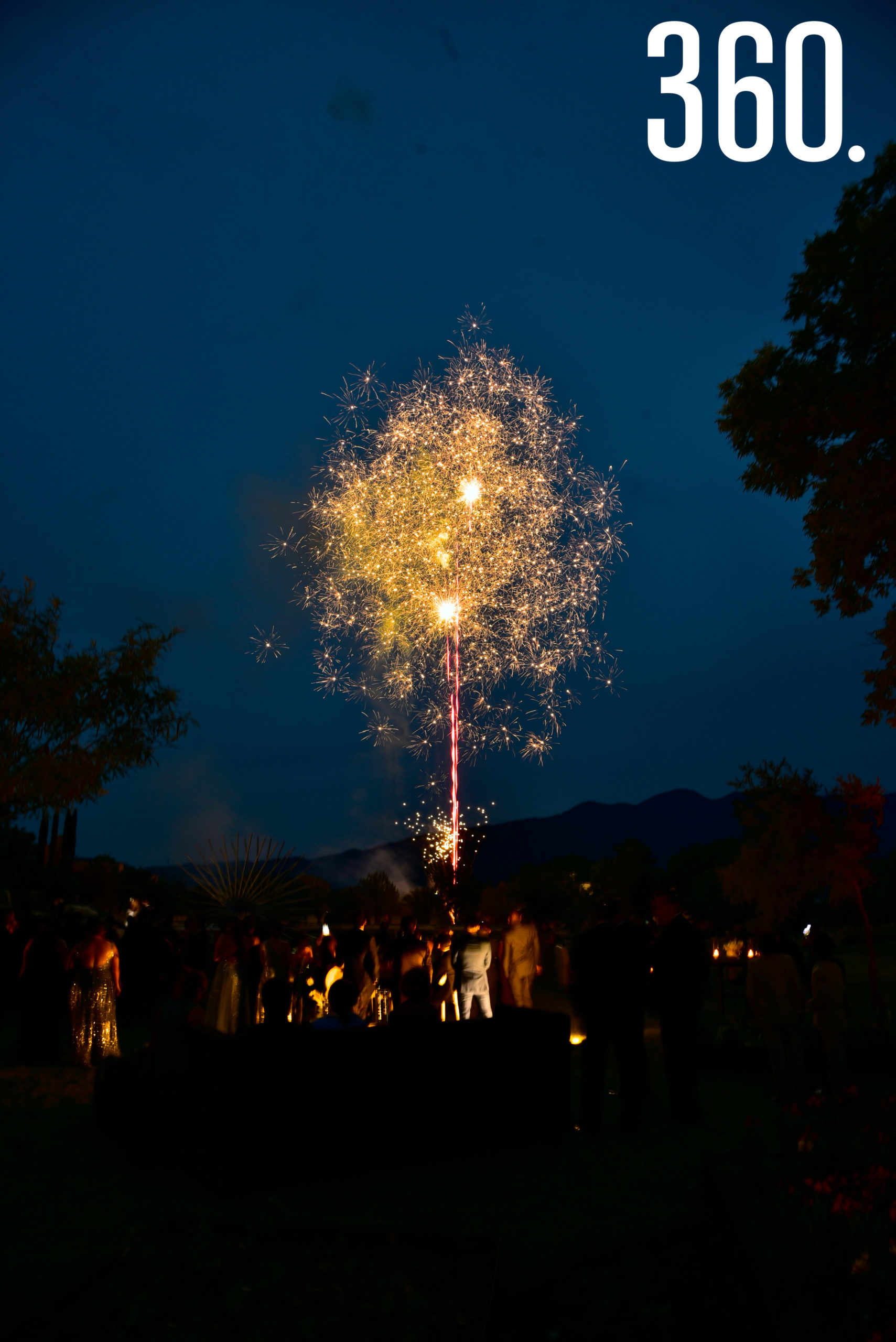 Los novios e invitados disfrutaron de fuegos artificiales.