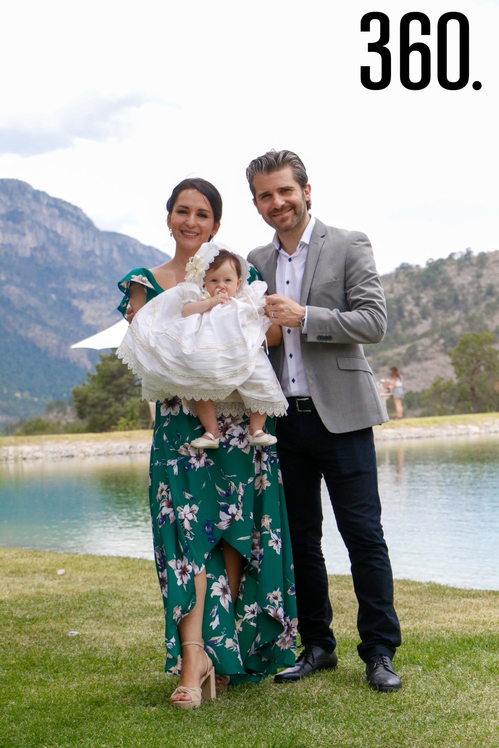 Isabella con sus padrinos, Erika Gallegos y Baris Emre Öztürk.