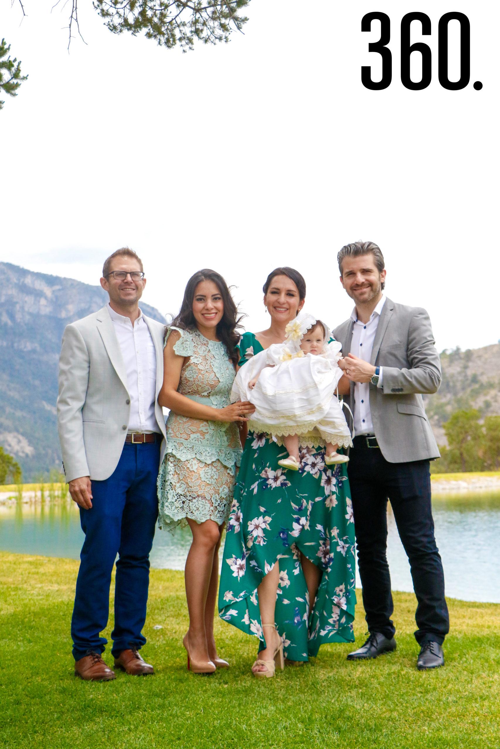 Isabella con sus padres y padrinos, Daniel James Galleher, Daniela Aguado, Erika Gallegos y Baris Emre Öztürk.
