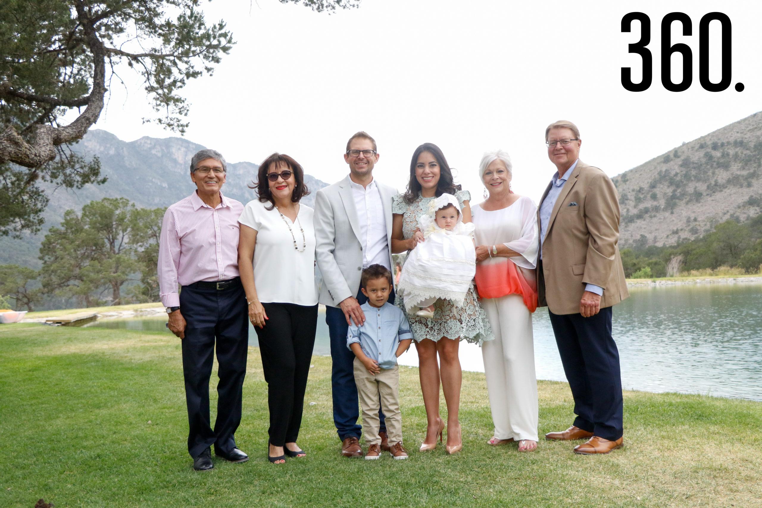 Isabella con sus padres, hermano y abuelos, Alfonso Aguado, Marcela Vázquez, Sebastián, Nina y Jim Galleher.