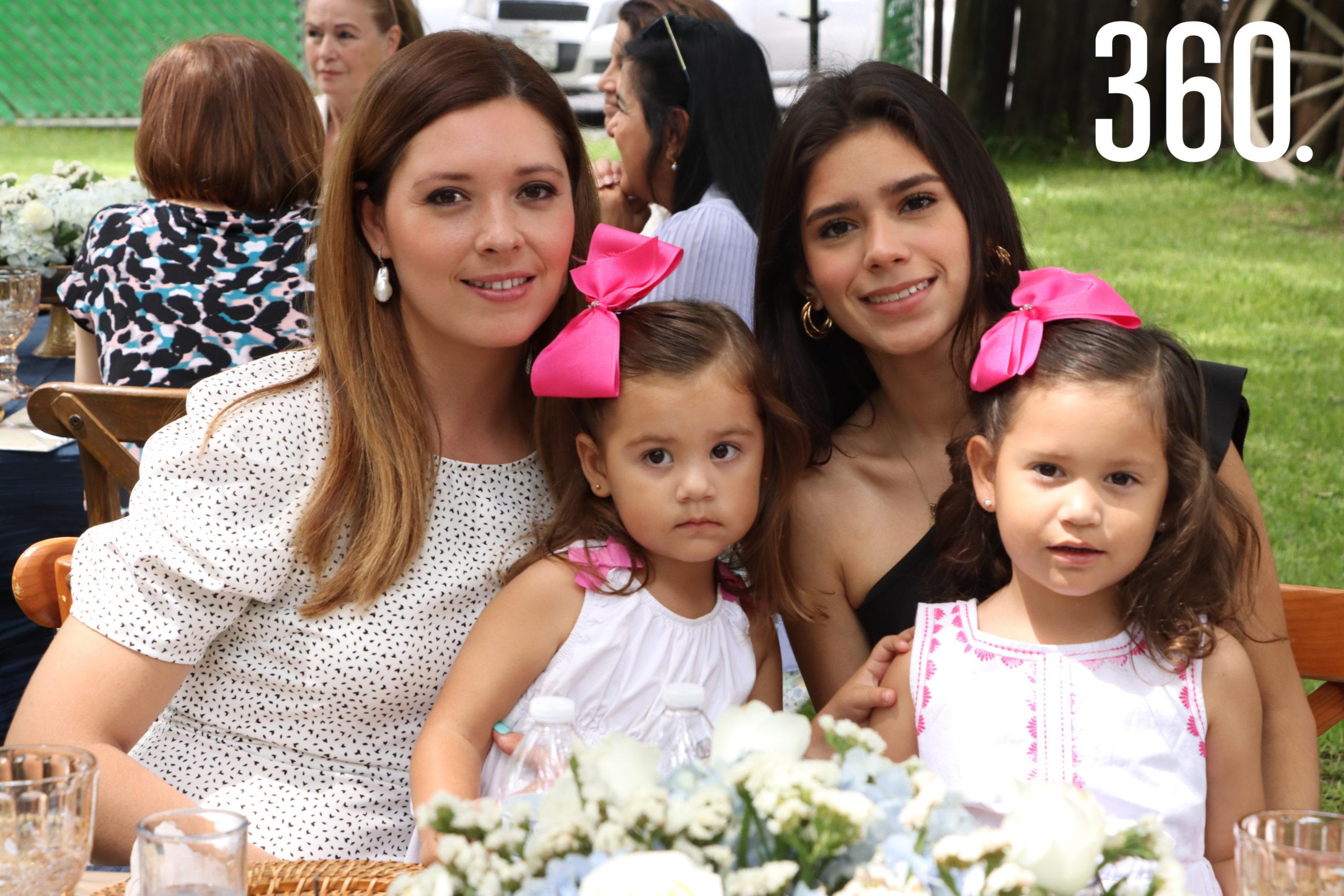 Vanessa y María Fernanda Gómez con las pequeñas Elena y Vanessa Treviño.